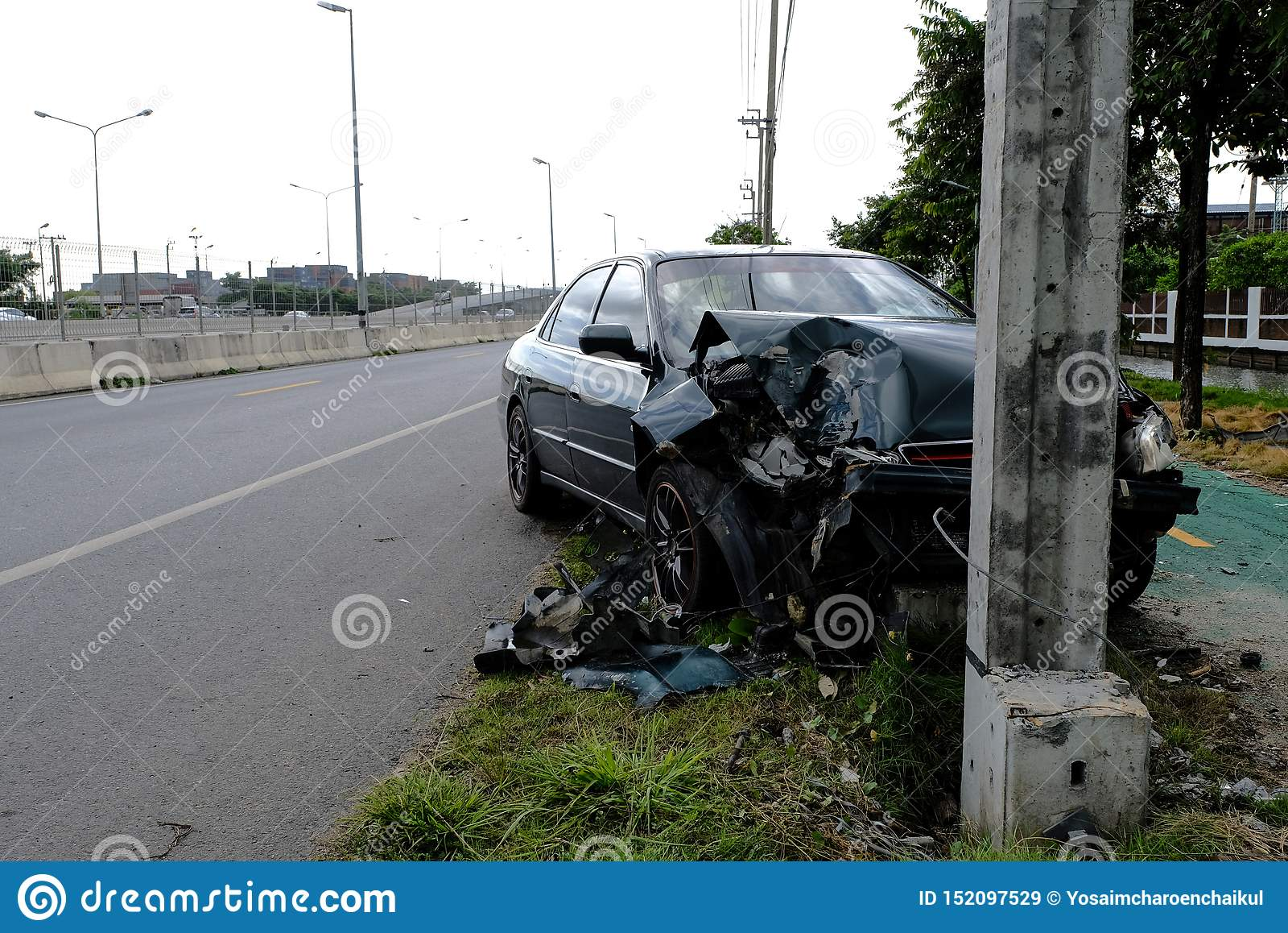 Os carros verdes conduzem com negligência rapidamente E colidiu com o polo elétrico até que esteve danificado, o acidente de trân