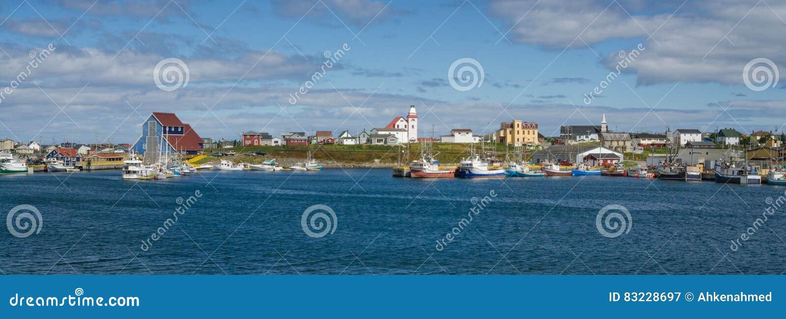 Os cartão de Bonavista, aldeias piscatórias de Terra Nova veem barcos em repouso para o dia na água litoral calma