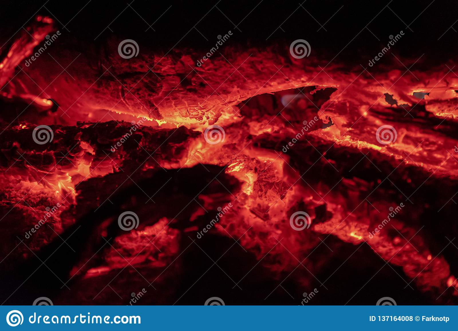 Os carvões ateiam fogo na noite