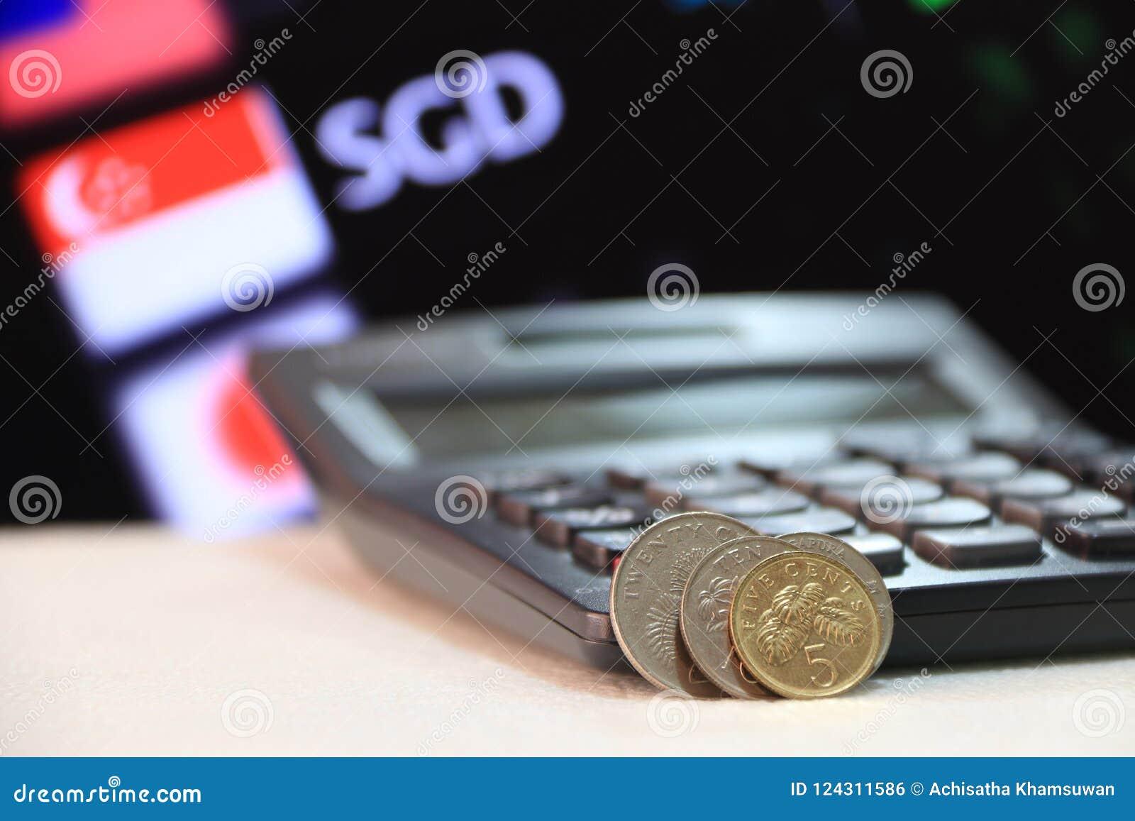 Os centavos de Singapura inventam o SGD com calculadora preta e placa digital do fundo do dinheiro da troca de moeda