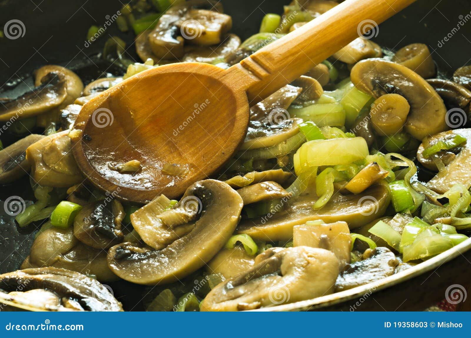 Os cogumelos e as cebolas fritaram