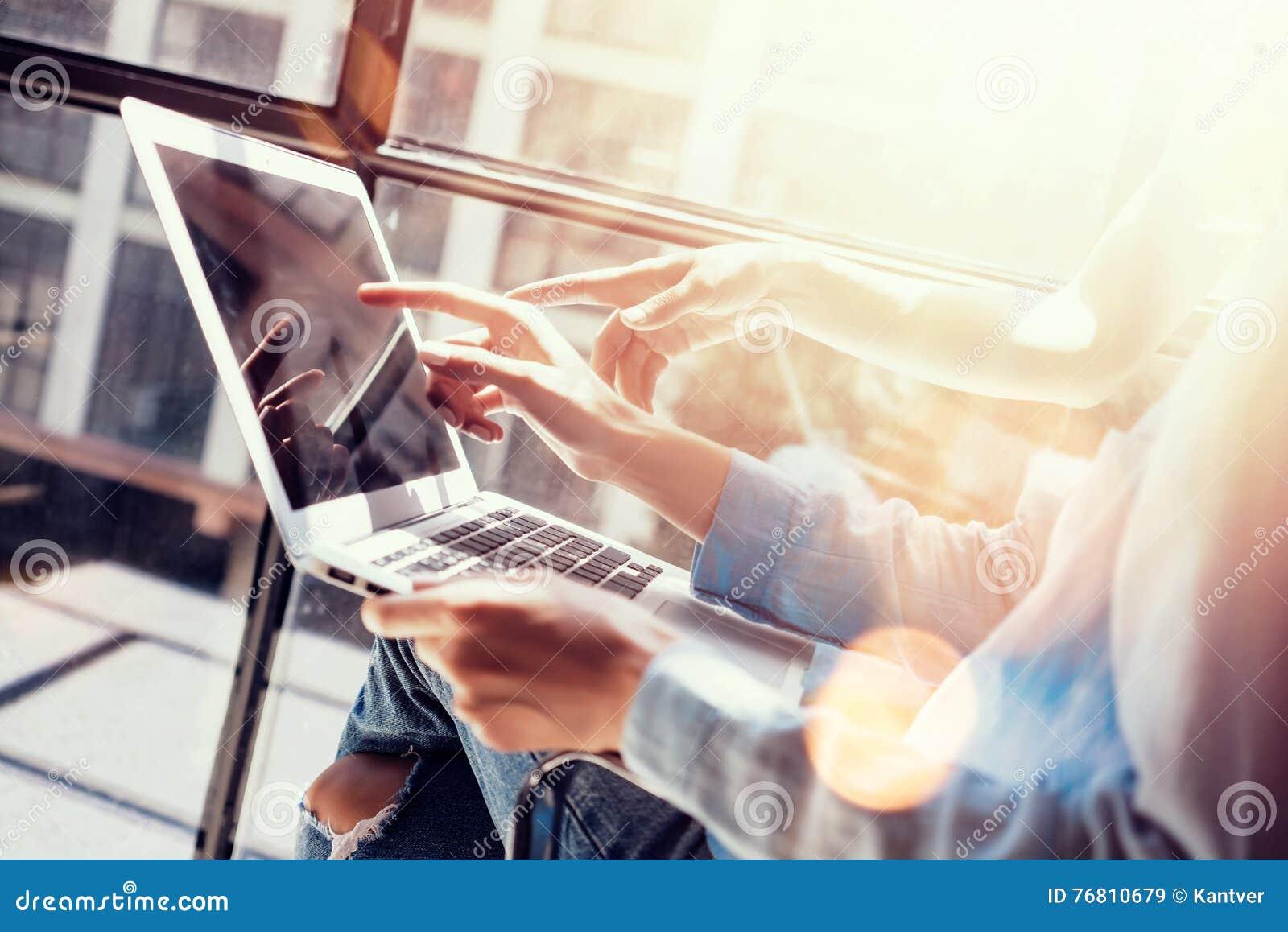 Os colegas de trabalho da mulher que fazem grandes decisões empresariais Portátil de mercado novo do escritório de Team Discussio