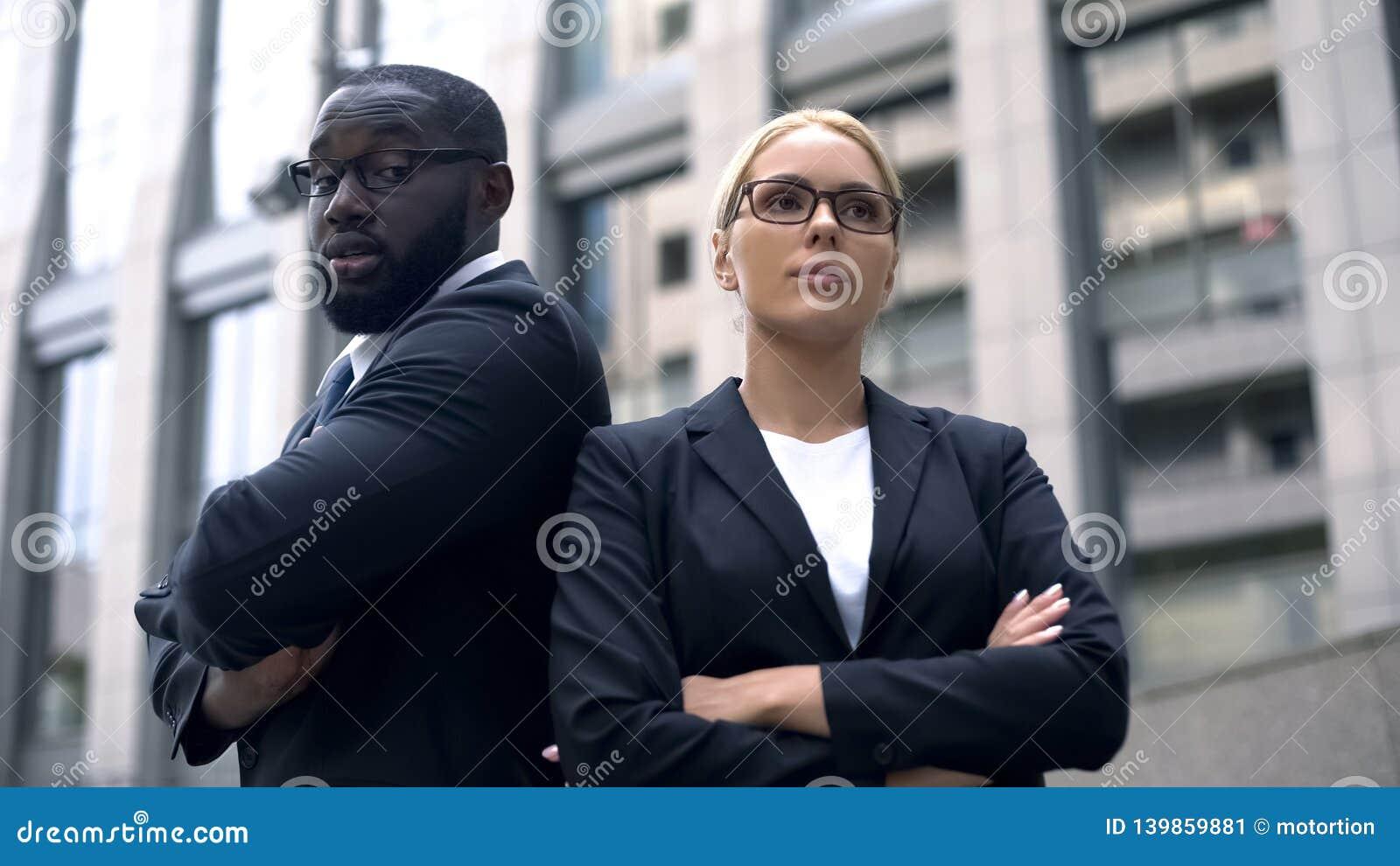 Os colegas de trabalho irritados têm o desacordo no negócio, confrontação das ideias