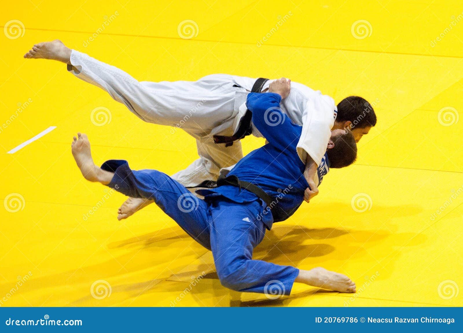 Os concorrentes participam no copo de mundo do judo