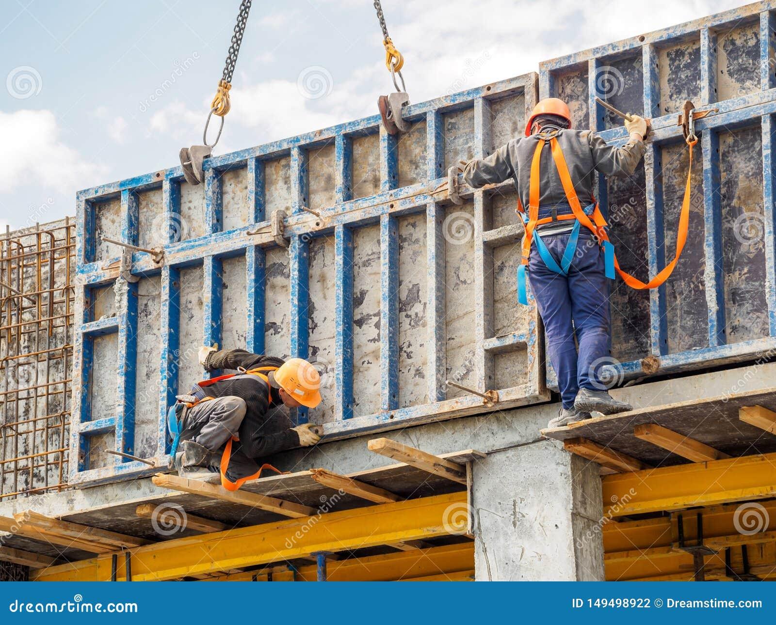 Os construtores trabalham na constru??o do arranha-c?us