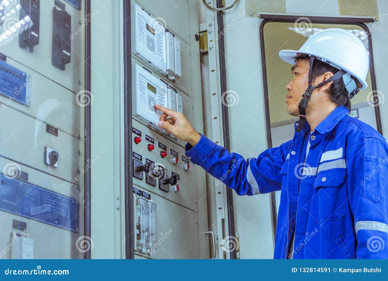 Os coordenadores masculinos estão verificando o trabalho do sistema elétrico