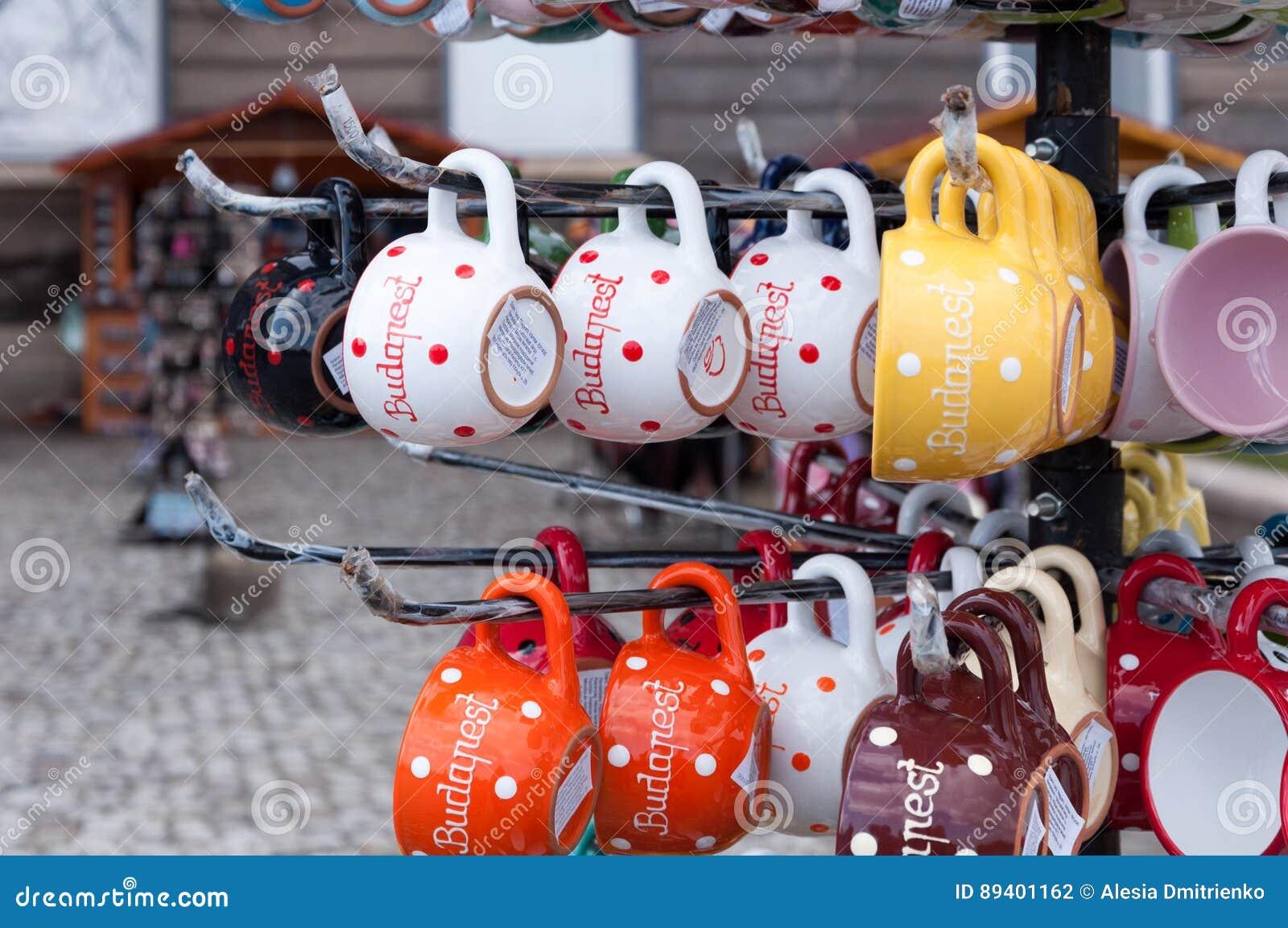Os copos indicam em uma loja de lembrança em Budapest, Hungria