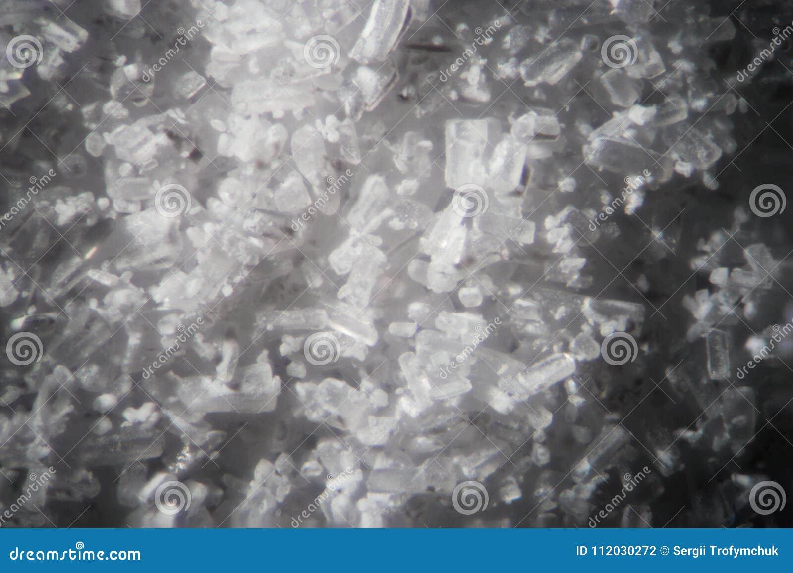 Os cristais da creatina pelo microscópio olham como a metanfetamina Suplemento dietético atlético no close-up do supermacro dos d