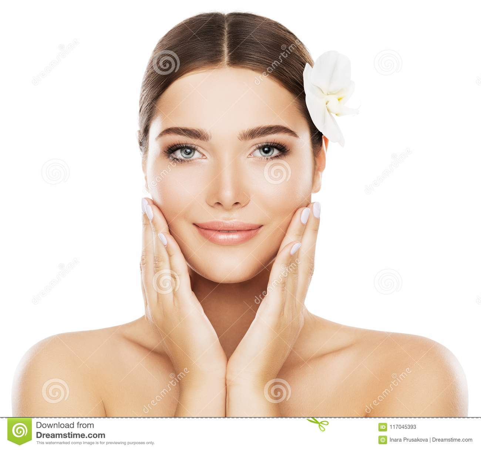 Os cuidados com a pele da beleza da cara, mulher natural compõem, as mãos em mordentes