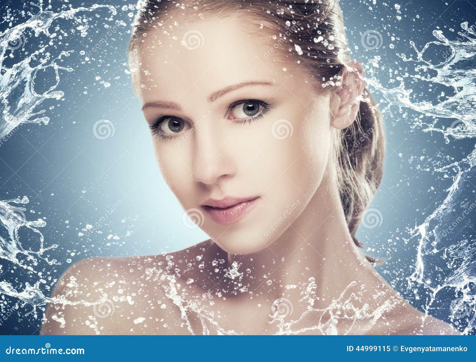 Os cuidados com a pele da beleza do conceito, cara da menina bonita com espirram e água