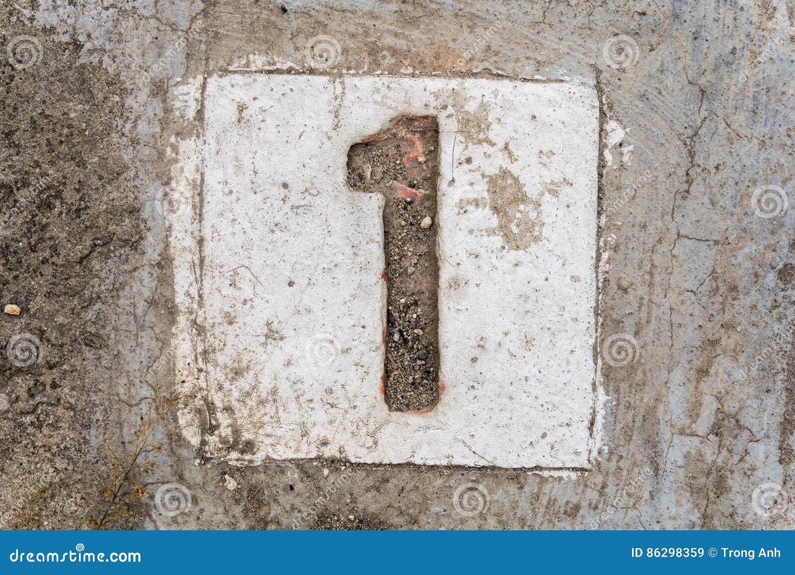 Os dígitos com concreto no passeio 1