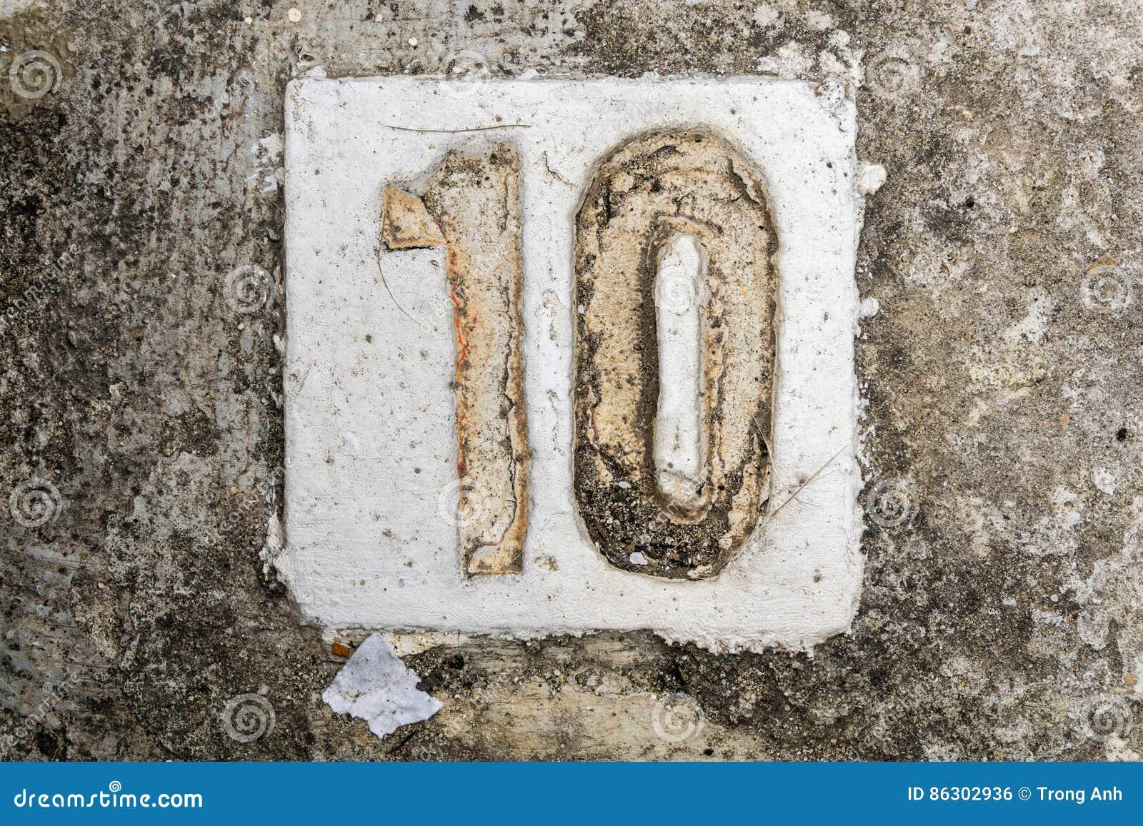 Os dígitos com concreto no passeio 10