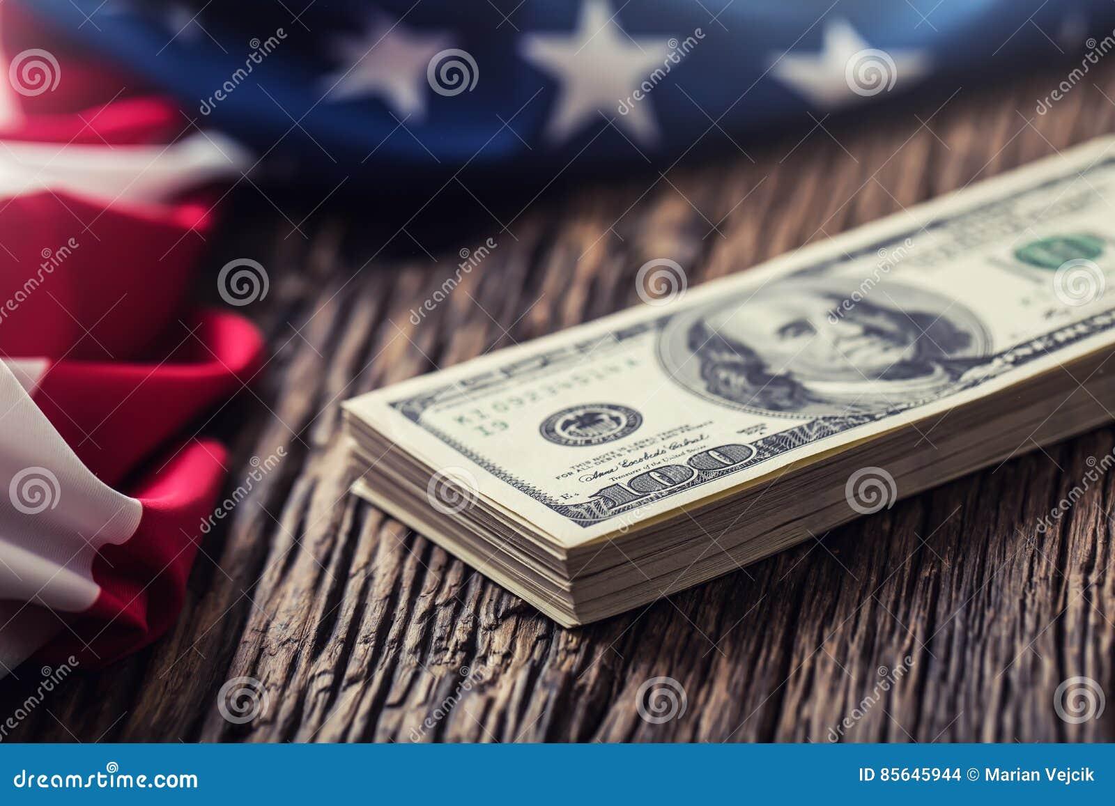 Os dólares americanos EUA embandeiram Feche acima do dinheiro do dinheiro da bandeira americana e do dólar na madeira de carvalho