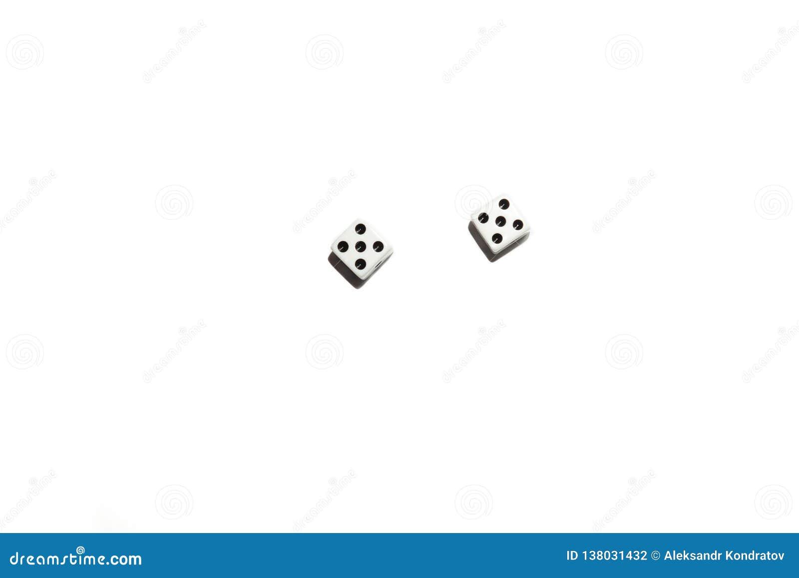 Os dados isolados em um fundo isolado branco moldaram uma sombra, os cubos com os pontos pretos em que um número igual cinco caiu