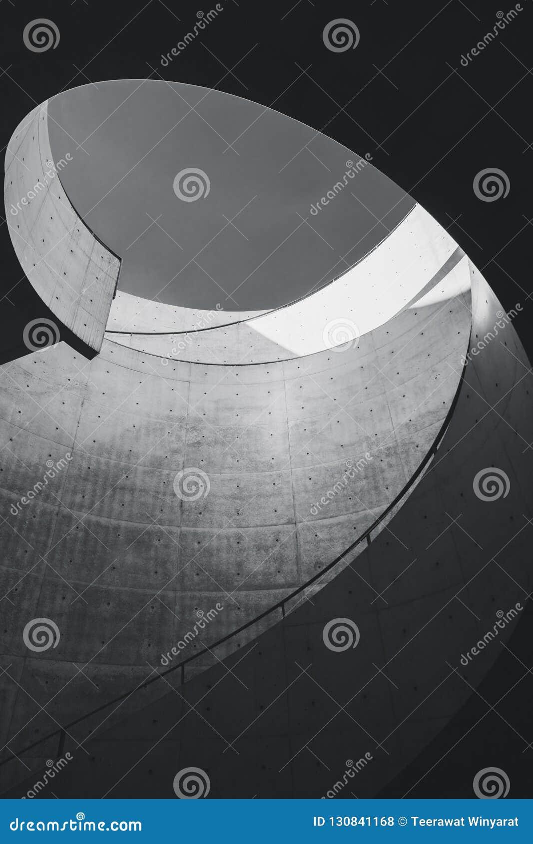 Os detalhes da arquitetura cimentam o projeto de construção moderno da curva