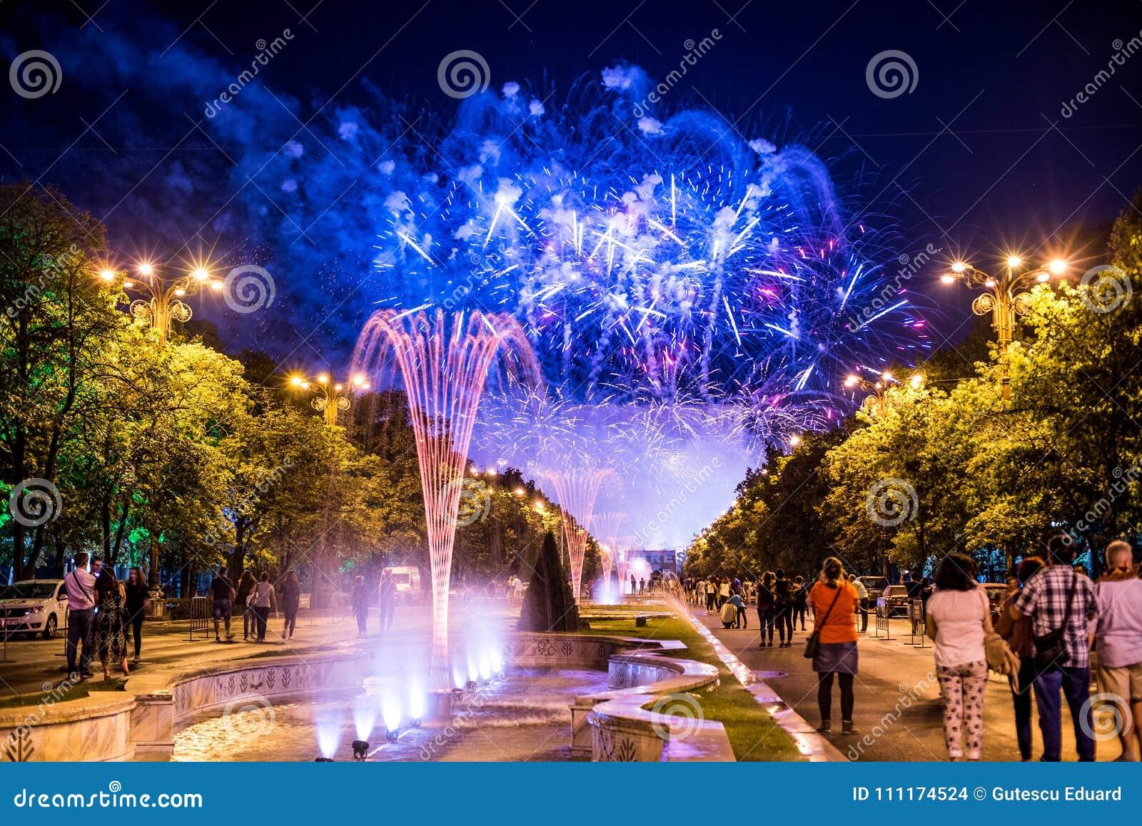 Os dias do aniversário de Bucareste, fogos-de-artifício party e celebração