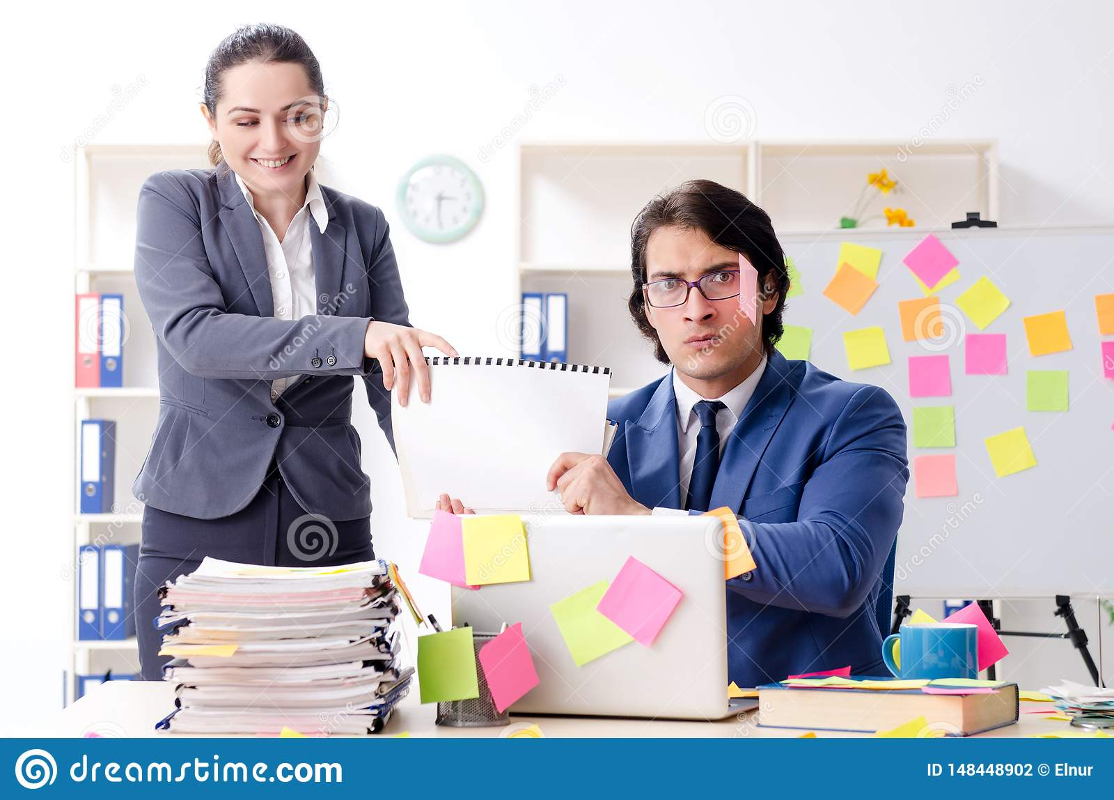 Os dois empregados dos colegas que trabalham no escrit?rio