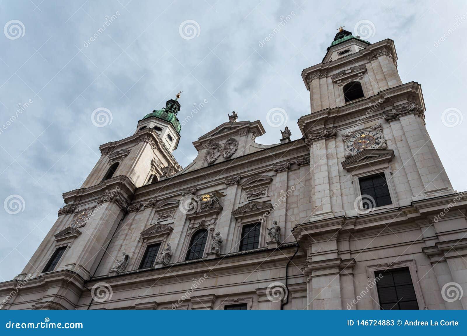 Os DOM de Salzburger da catedral de Salzburg e a coluna mariana em Domplatz esquadram em Salzburg, ?ustria