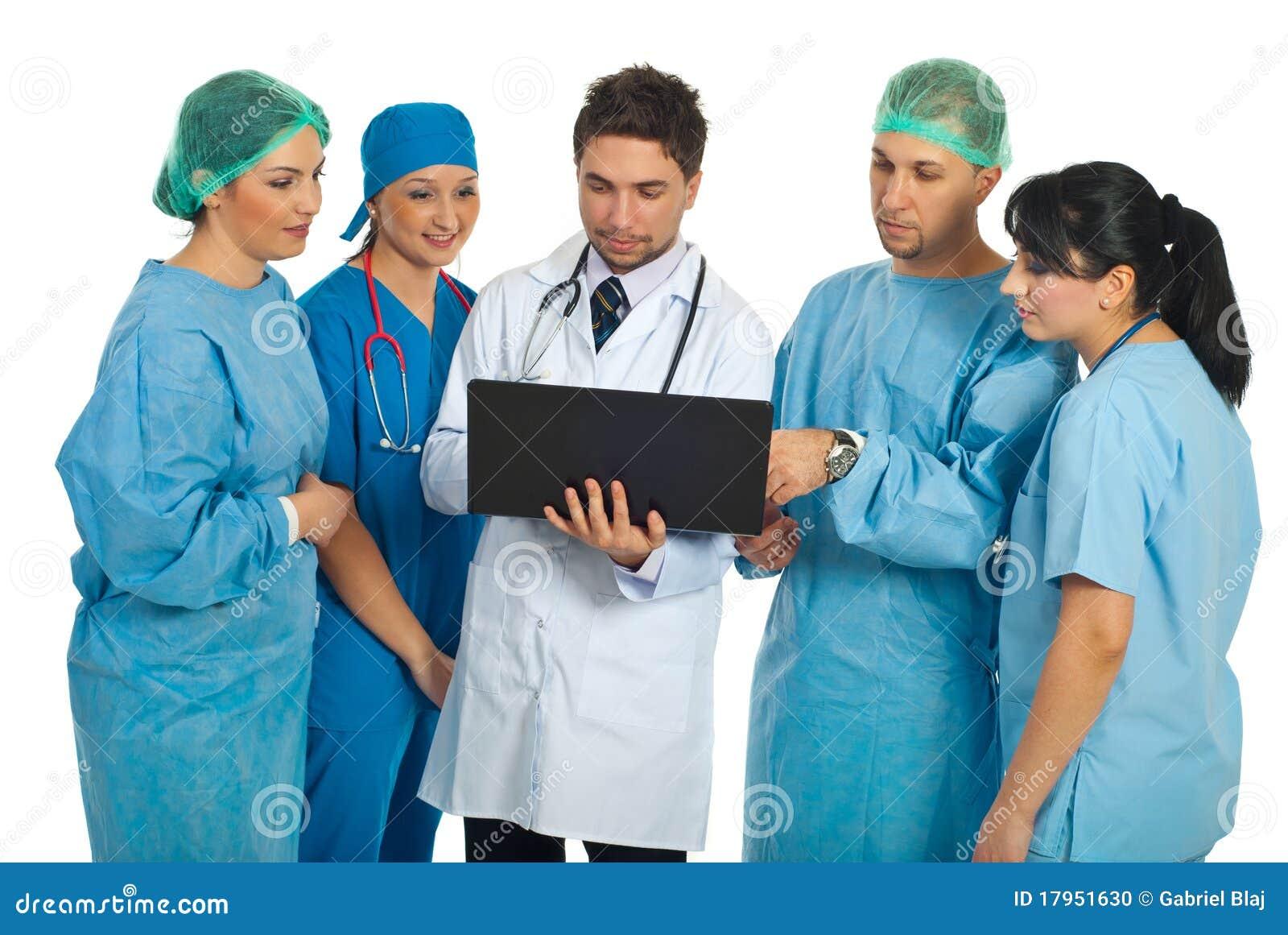 Os doutores team usando o portátil