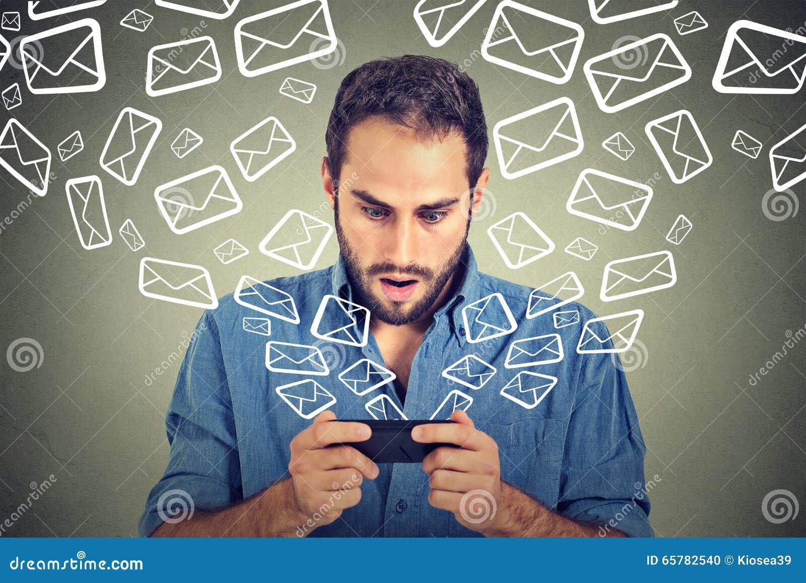 Os email de emissão ocupados chocados das mensagens do homem do telefone esperto enviam por correio eletrónico o voo dos ícones d