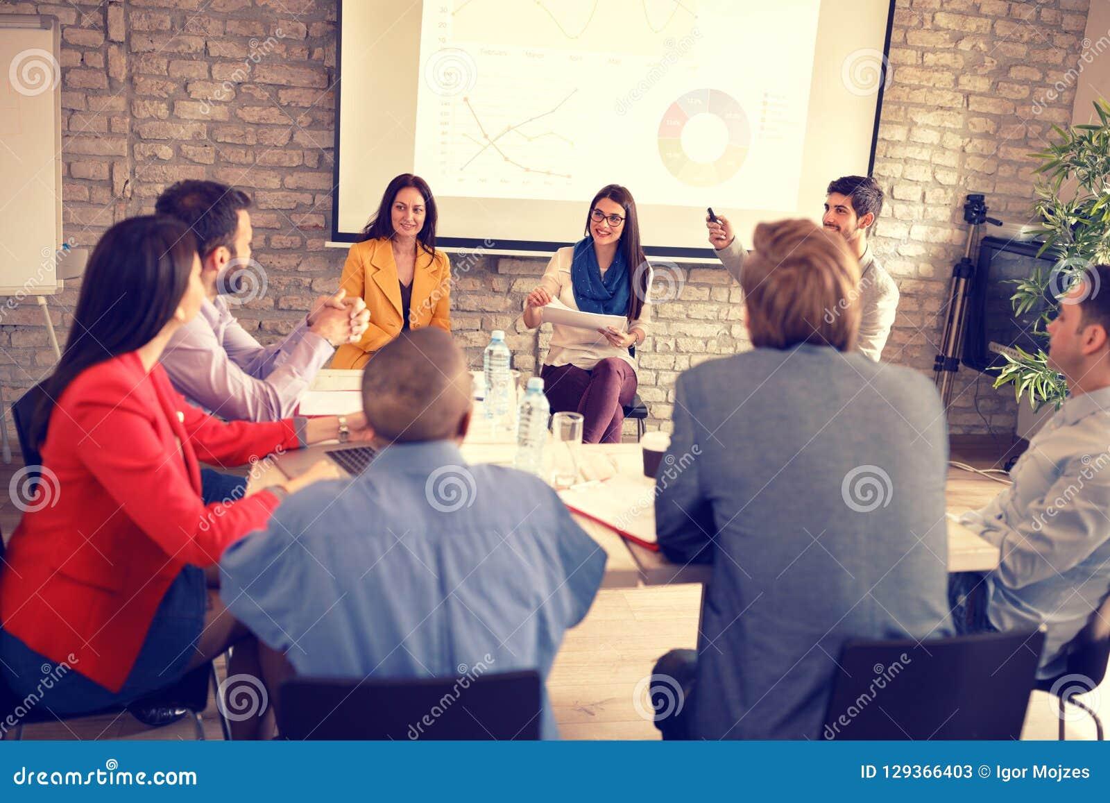 Os empresários têm a reunião de negócios na empresa