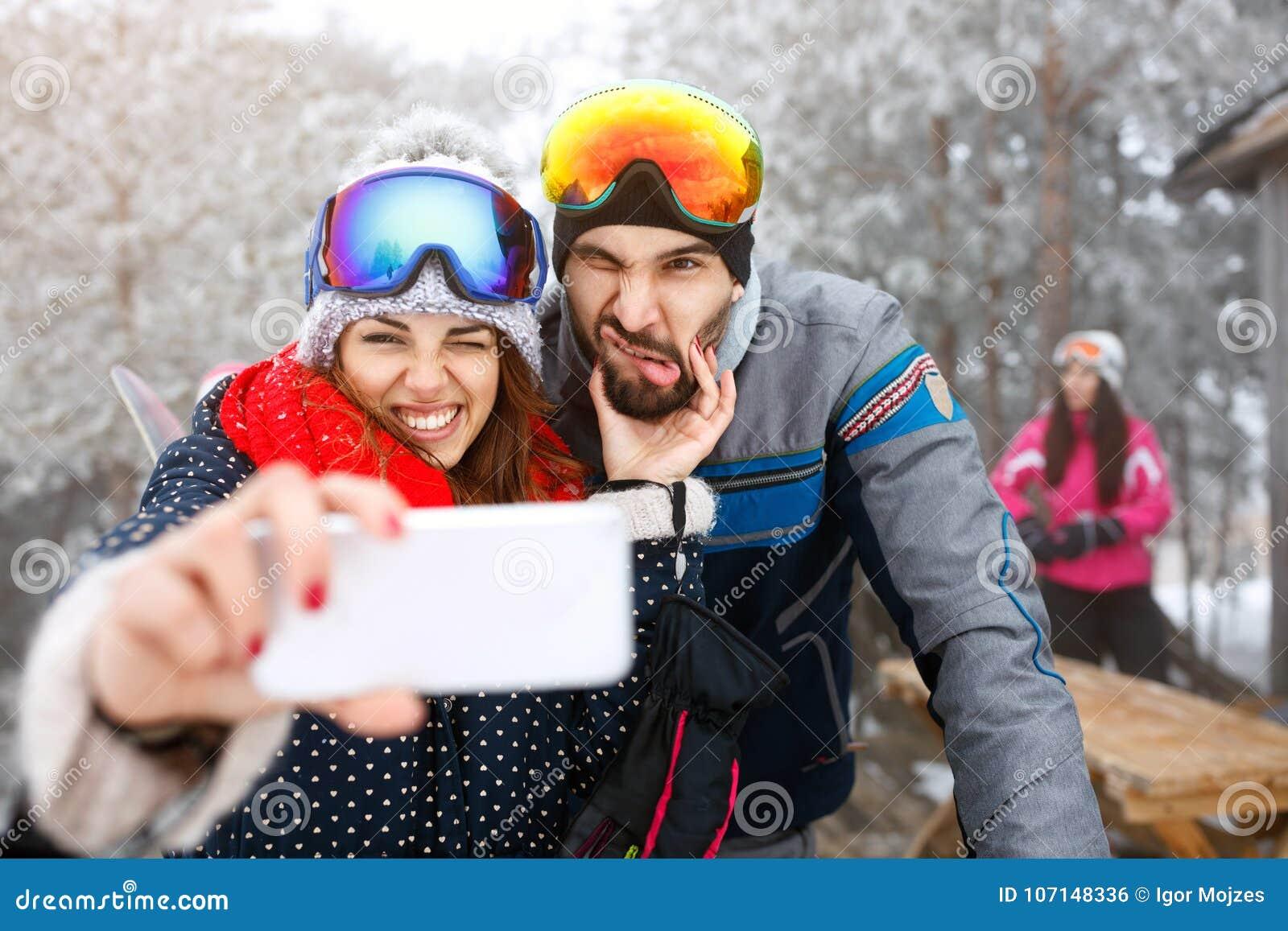 Os esquiadores acoplam o selfie de tomada exterior