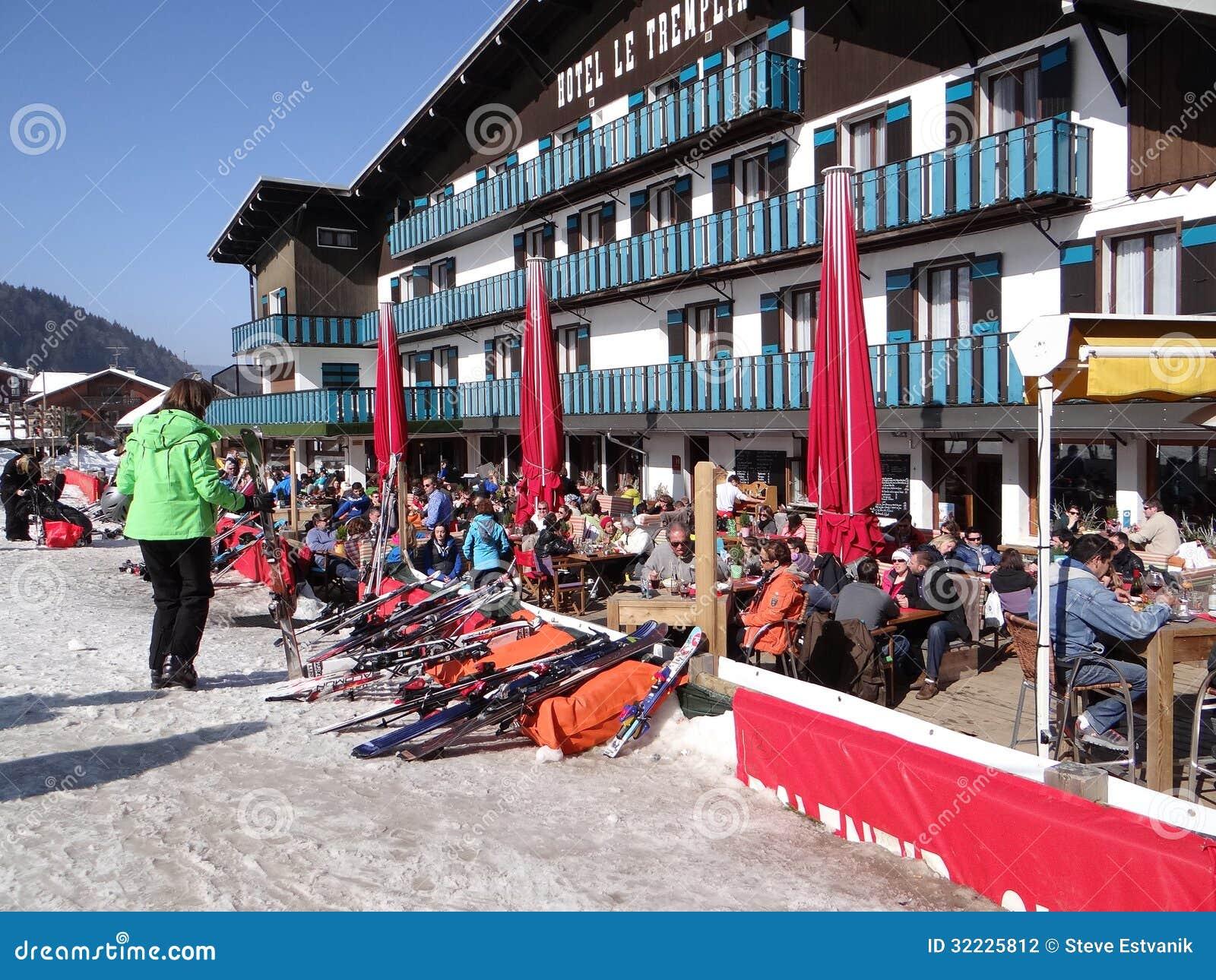 Download Os Esquiadores Franceses Do Feriado Relaxam Em Um Restaurante Exterior Fotografia Editorial - Imagem de restaurante, francês: 32225812