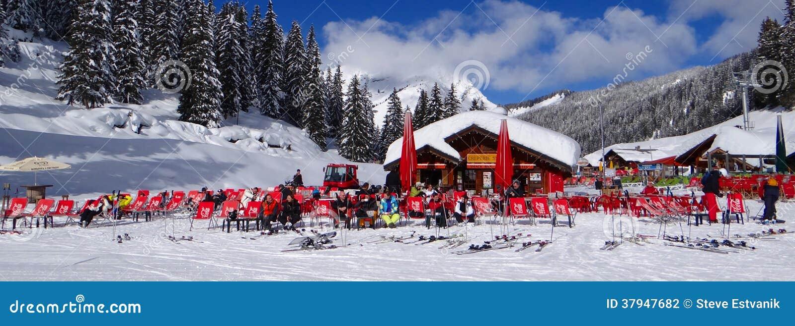 Os esquiadores relaxam no sol