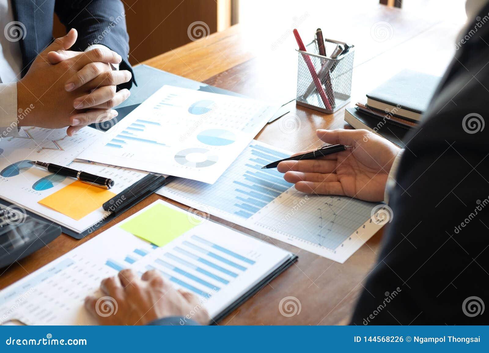 Os executivos da equipe discutem em reunir-se ao funcionamento de projeto de investimento e ? estrat?gia planejando do neg?cio qu