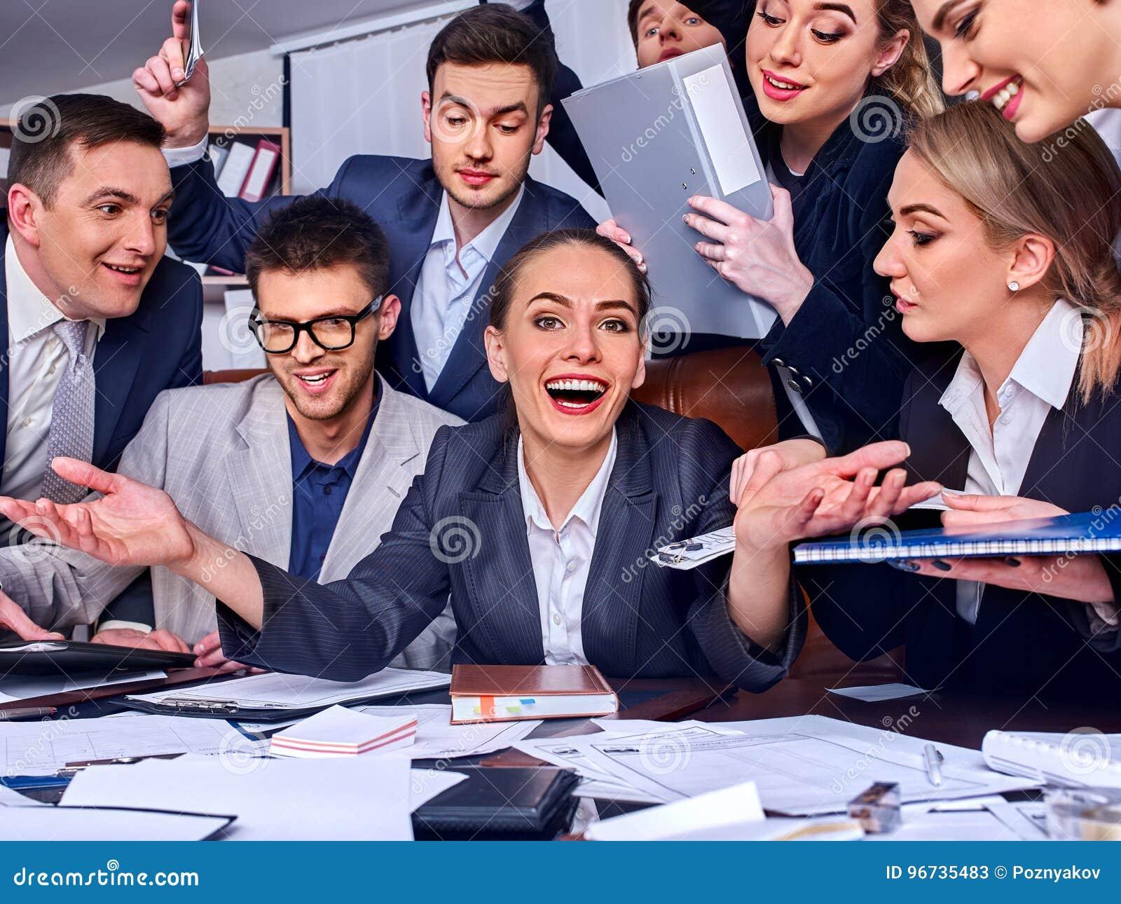 Os executivos da vida do escritório de povos da equipe estão felizes com polegar acima