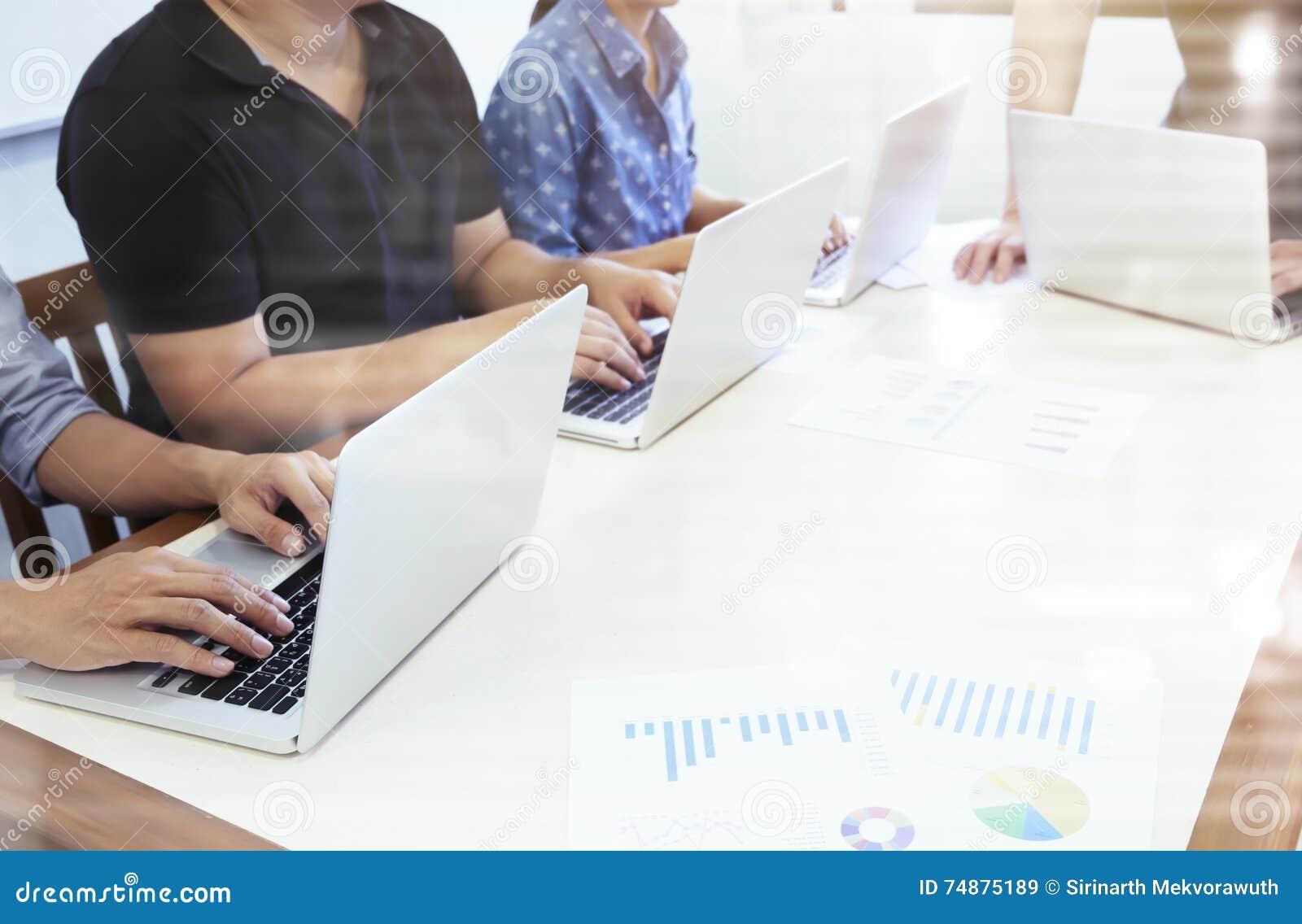 Os executivos dos trabalhos de equipa discutem na sala de reunião
