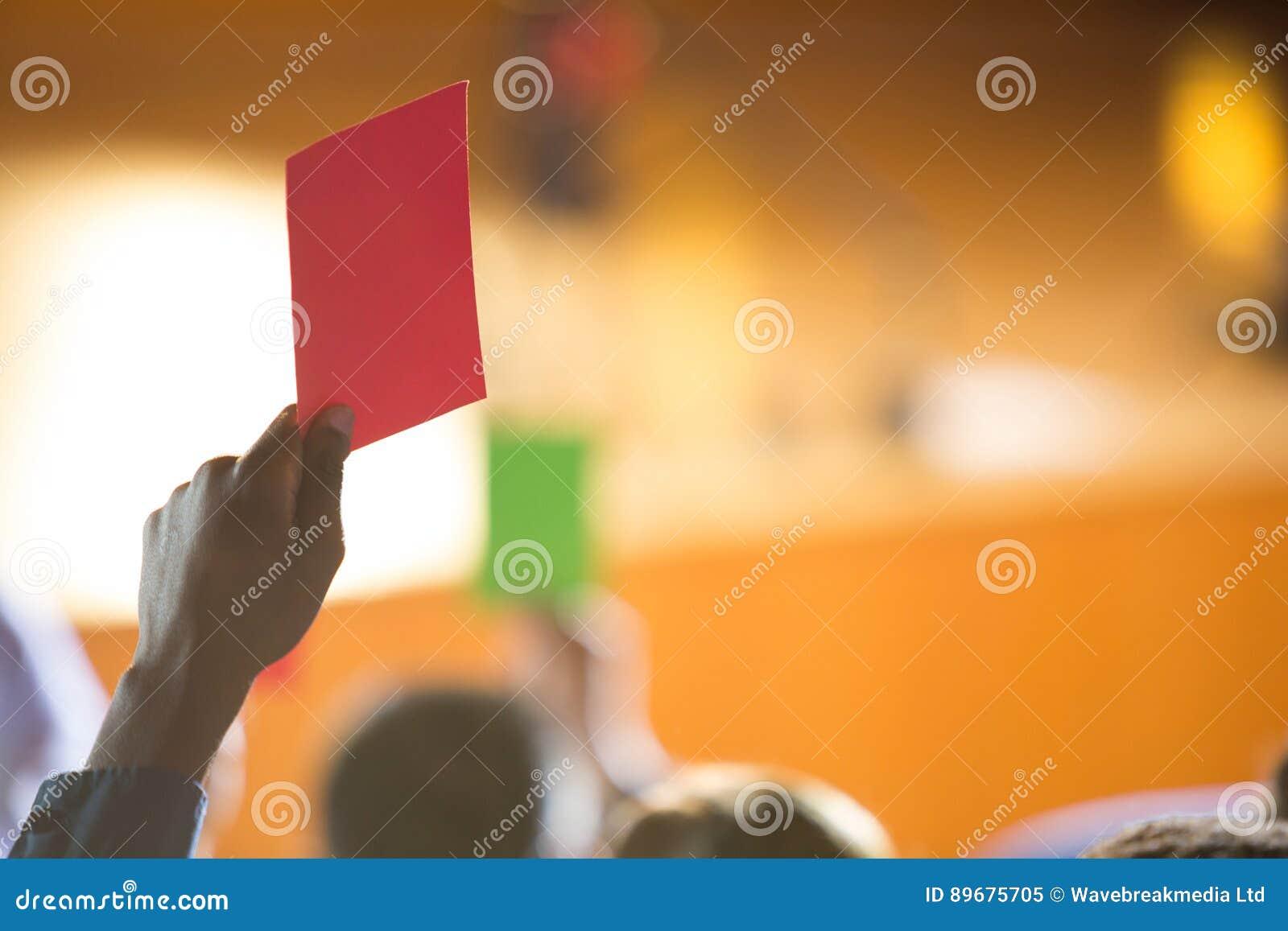 Os executivos empresariais mostram sua desaprovação levantando as mãos