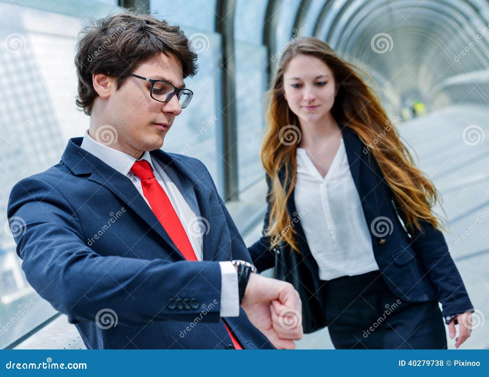 Os executivos júniors da empresa estão atrasados para uma reunião de negócios