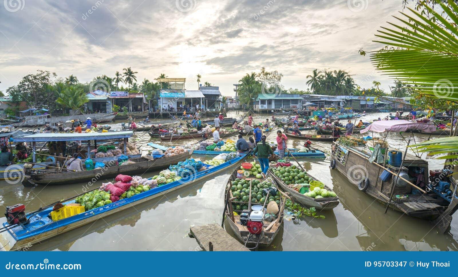 Os fazendeiros compram aglomerado na manhã de flutuação do mercado