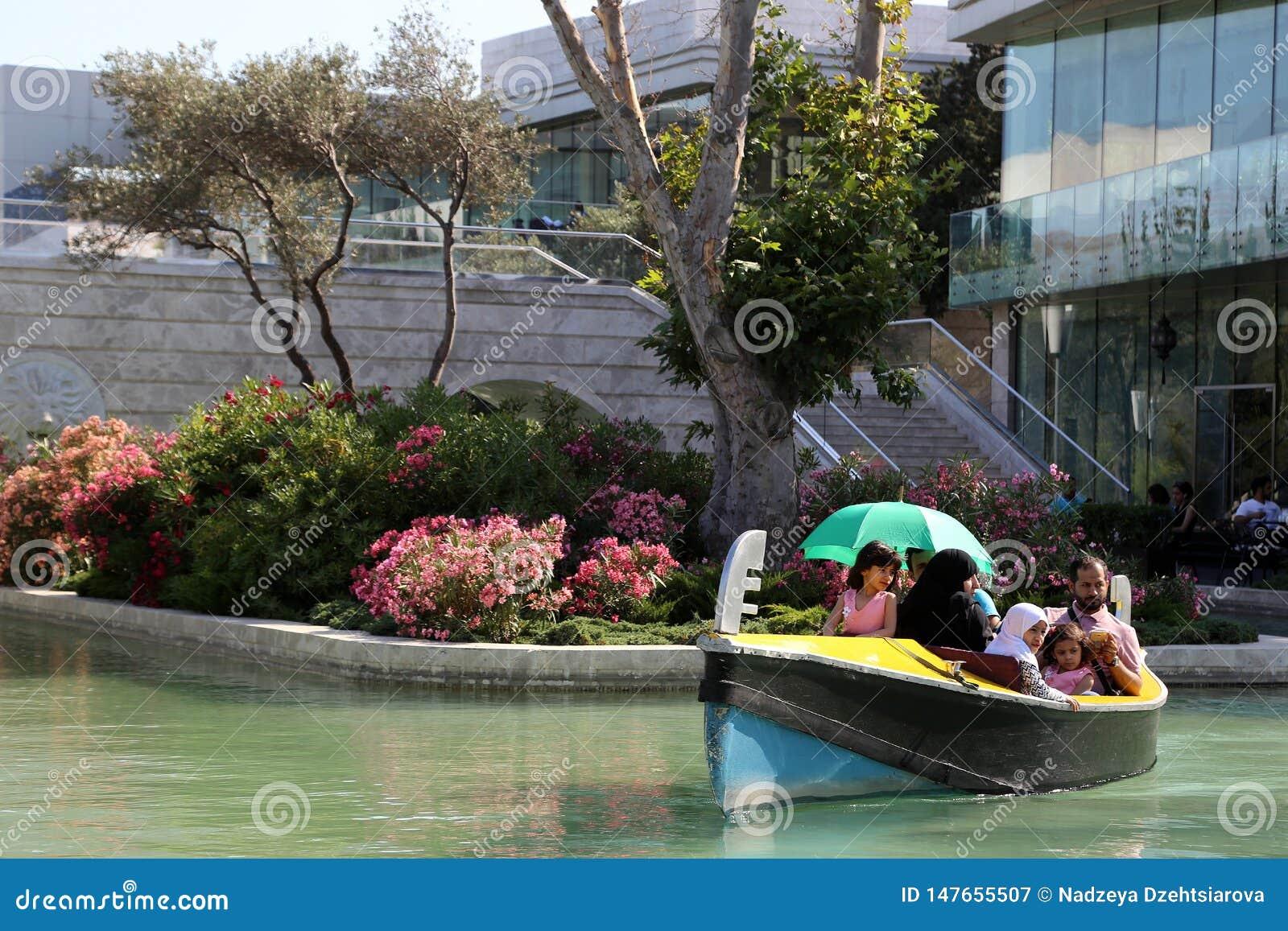 Os flutuadores da gôndola do passeio ao longo do sistema do canal de água
