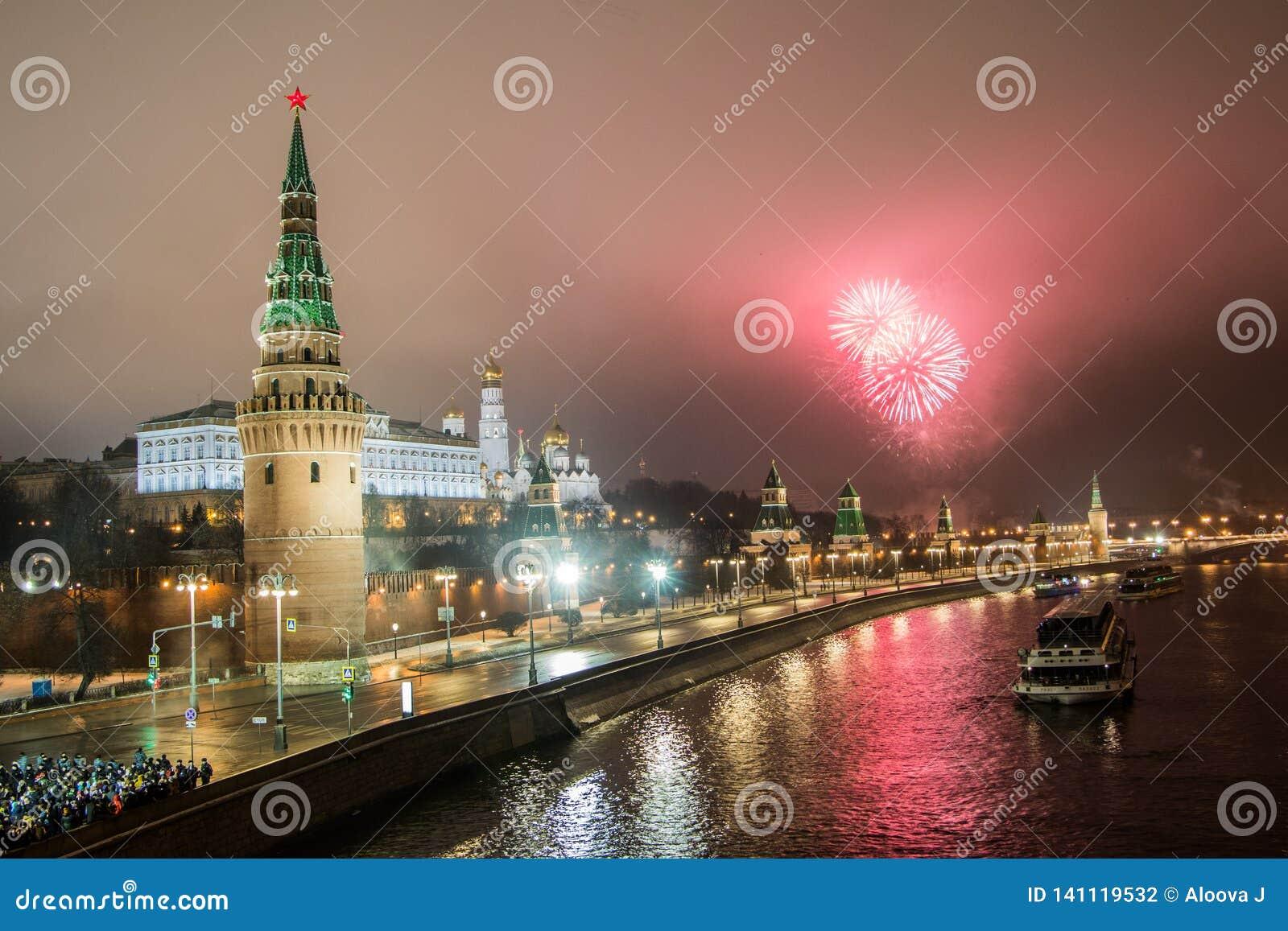 Os fogos de artifício de ano novo da ponte de pedra grande Os fogos de artifício de ano novo sobre o Kremlin, Moscou, Rússia