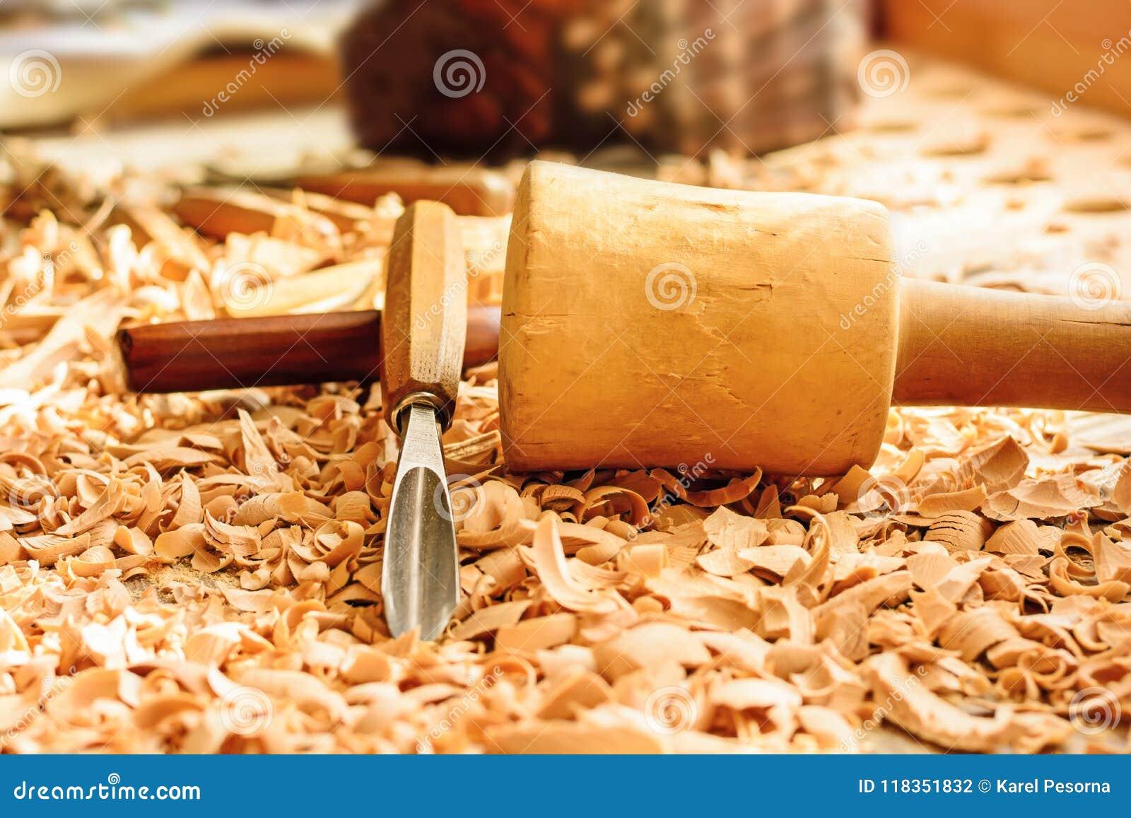 Os formões colocaram em aparas de madeira na mesa