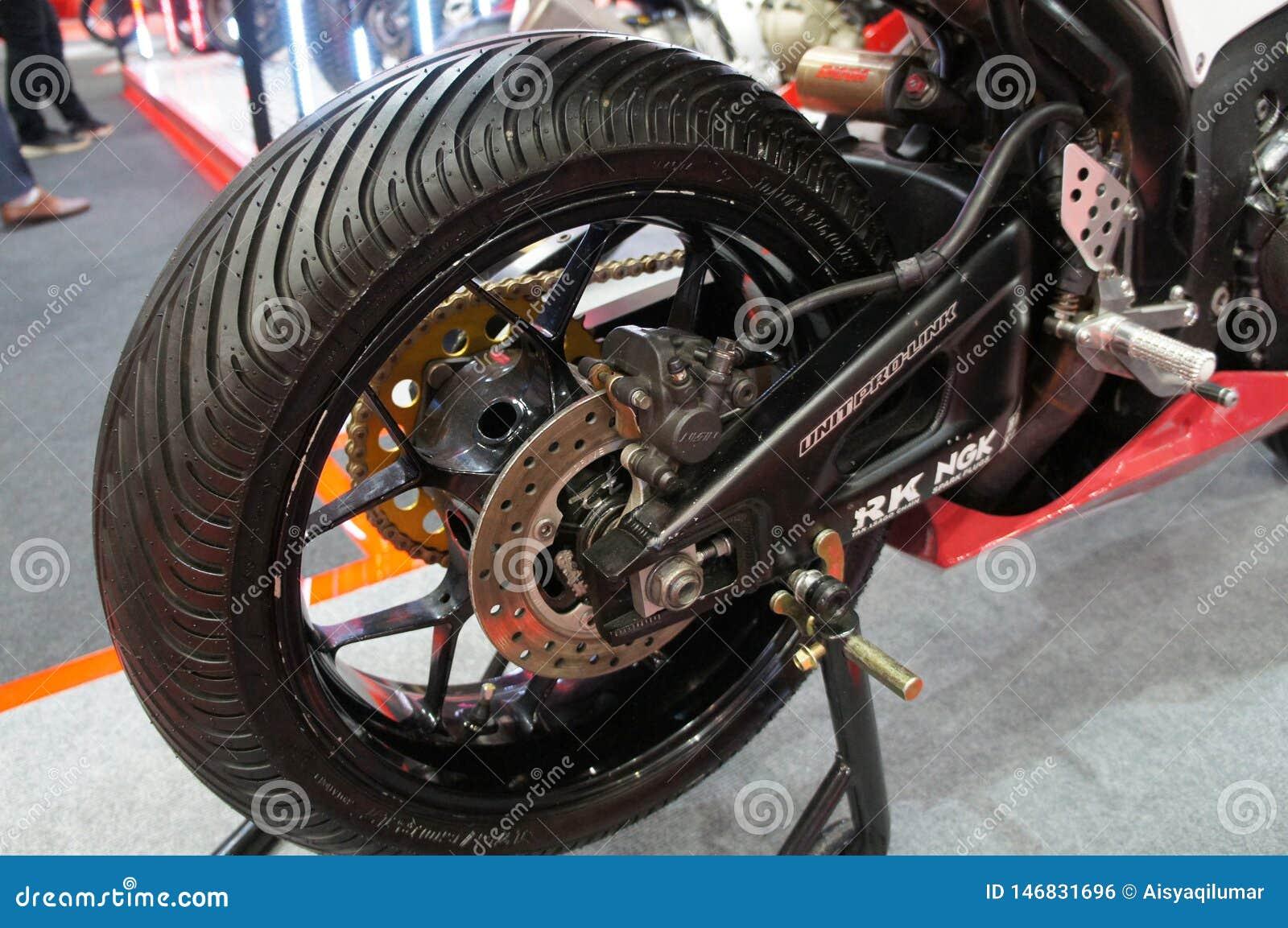 Os freios de disco da motocicleta são exigidos para fornecer mais aperto aos pneus e para permitir os cavaleiros de parar durante