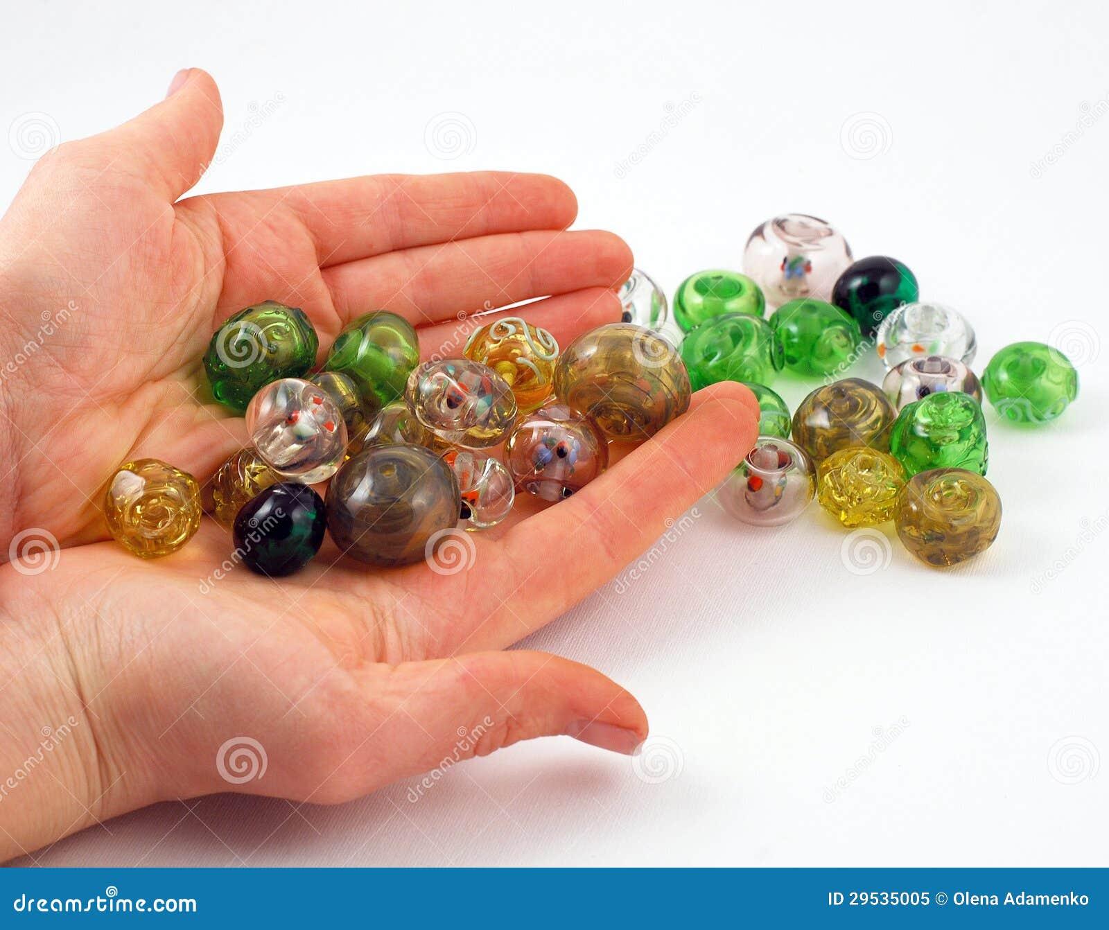 Os grânulos artísticos nas mãos