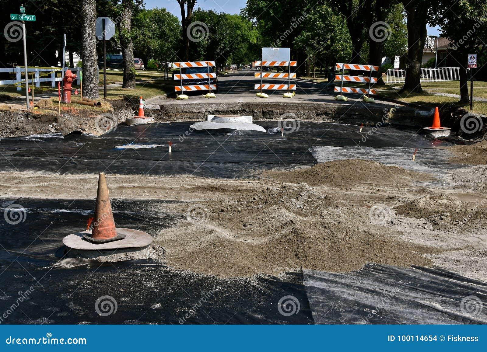 Os graduadores da estrada nivelam a areia em um projeto de construção de estradas