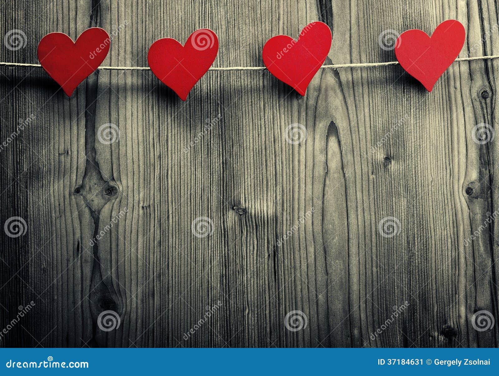 Os grampos Coração-dados forma estão pendurando na corda, o dia de Valentim, papel de parede do amor