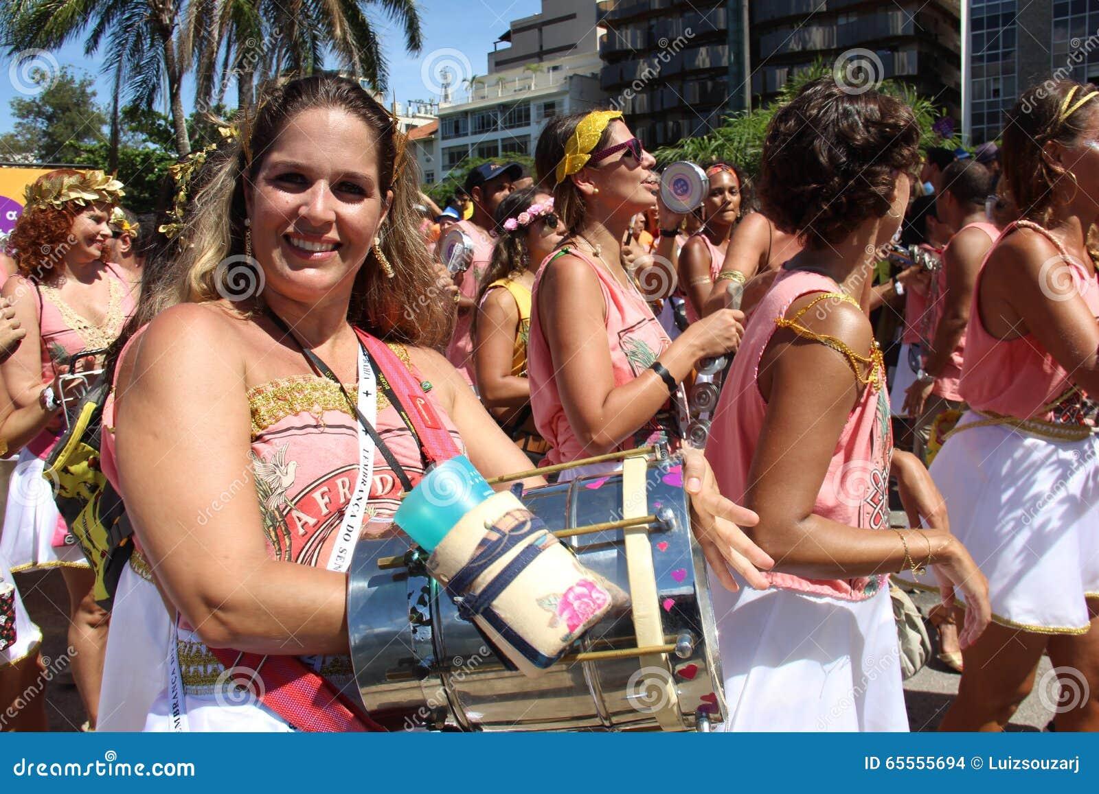 Os grupos de Rio Carnival desfilaram através da cidade e advertem sobre riscos do vírus de Zika