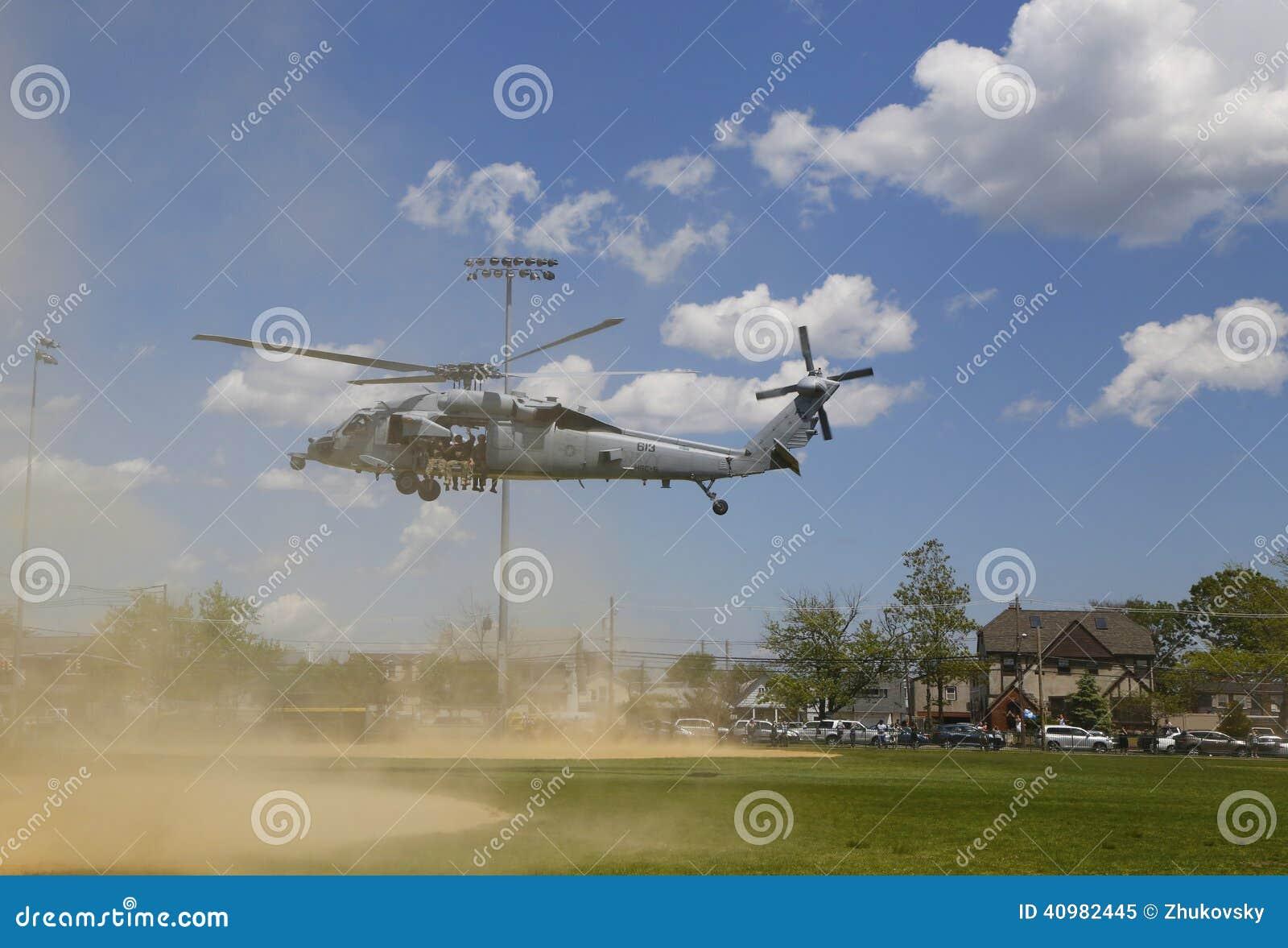 Os helicópteros de MH-60S do mar do helicóptero combatem o esquadrão cinco com descolagem da equipe do EOD da marinha dos E.U.