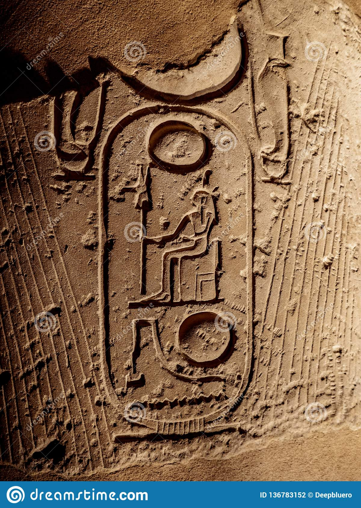 Os hieróglifos antigos que descrevem pharaohs nomeiam em uma coluna em Templo de Luxor em Egito