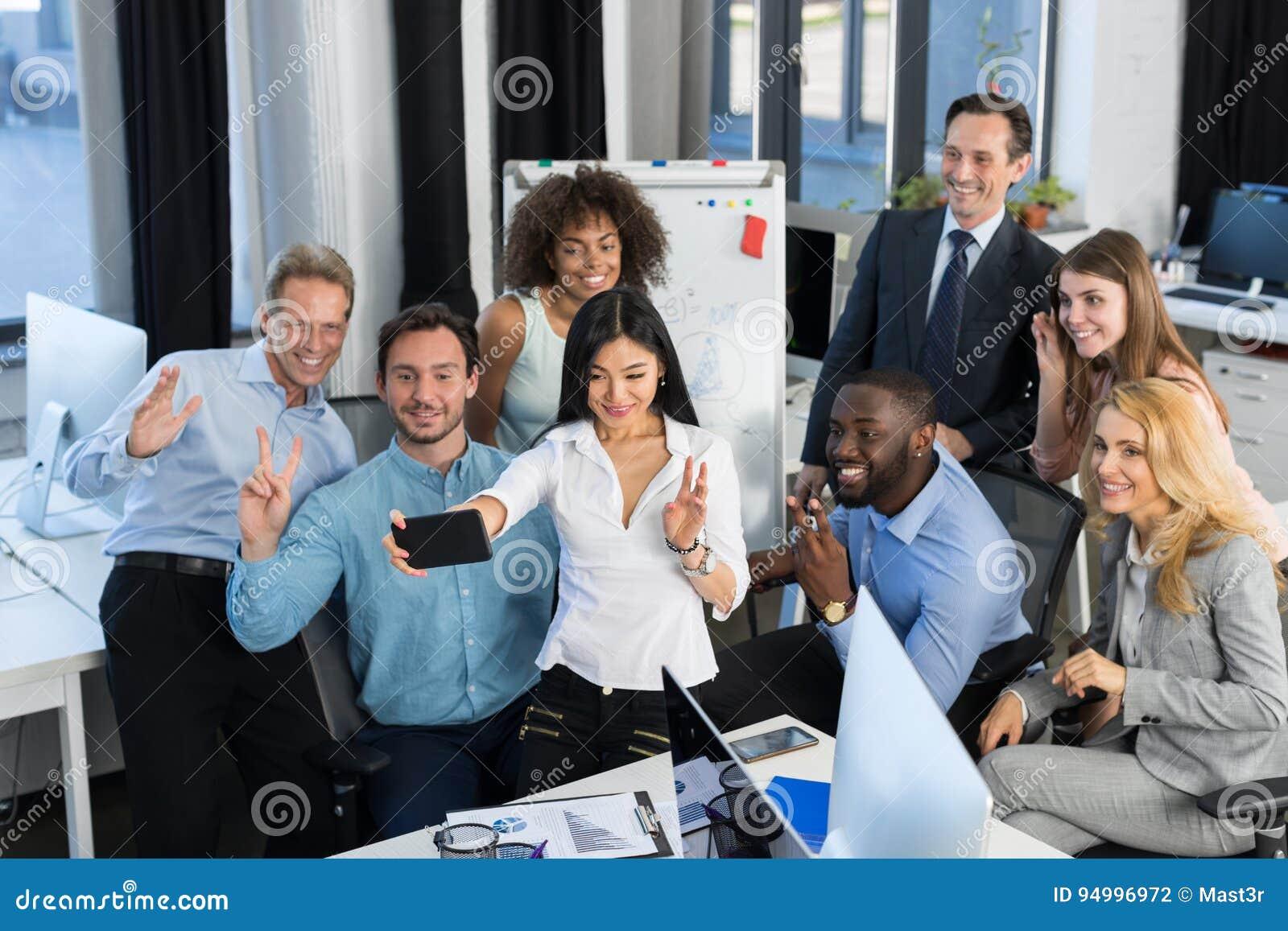 Os homens de negócios agrupam o trabalho junto no escritório criativo, Team Brainstorming, executivos que discutem ideias novas d