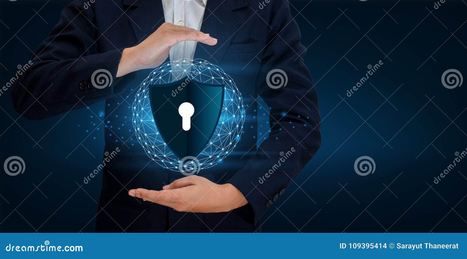 Os homens de negócios do mundo do planeta da malha do polígono da terra agitam as mãos para proteger a informação no Cyberspace O