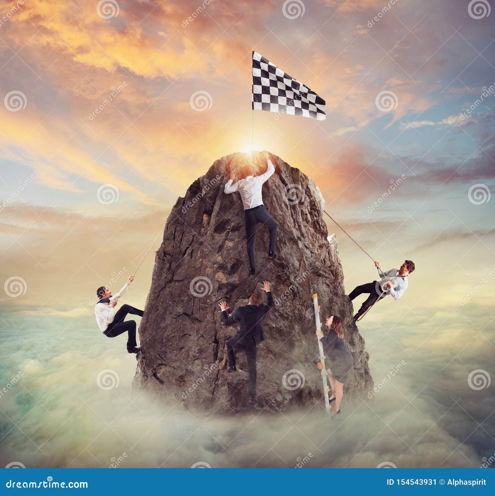 Os homens de negócios tentam alcançar o objetivo Conceito difícil da carreira e do conpetition