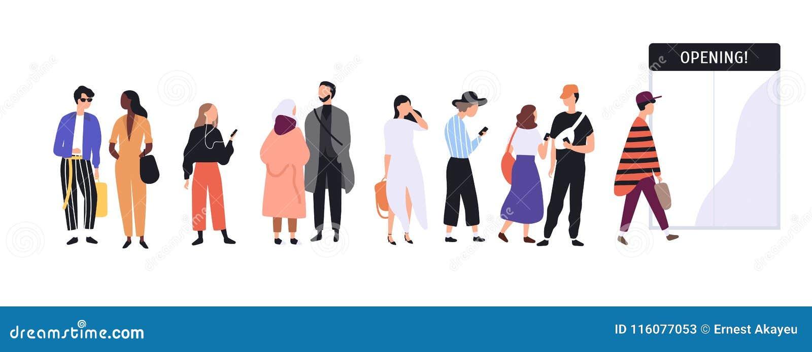 Os homens e as mulheres vestiram-se na roupa na moda que está na linha ou na fila na frente das portas de entrada da loja Povos à