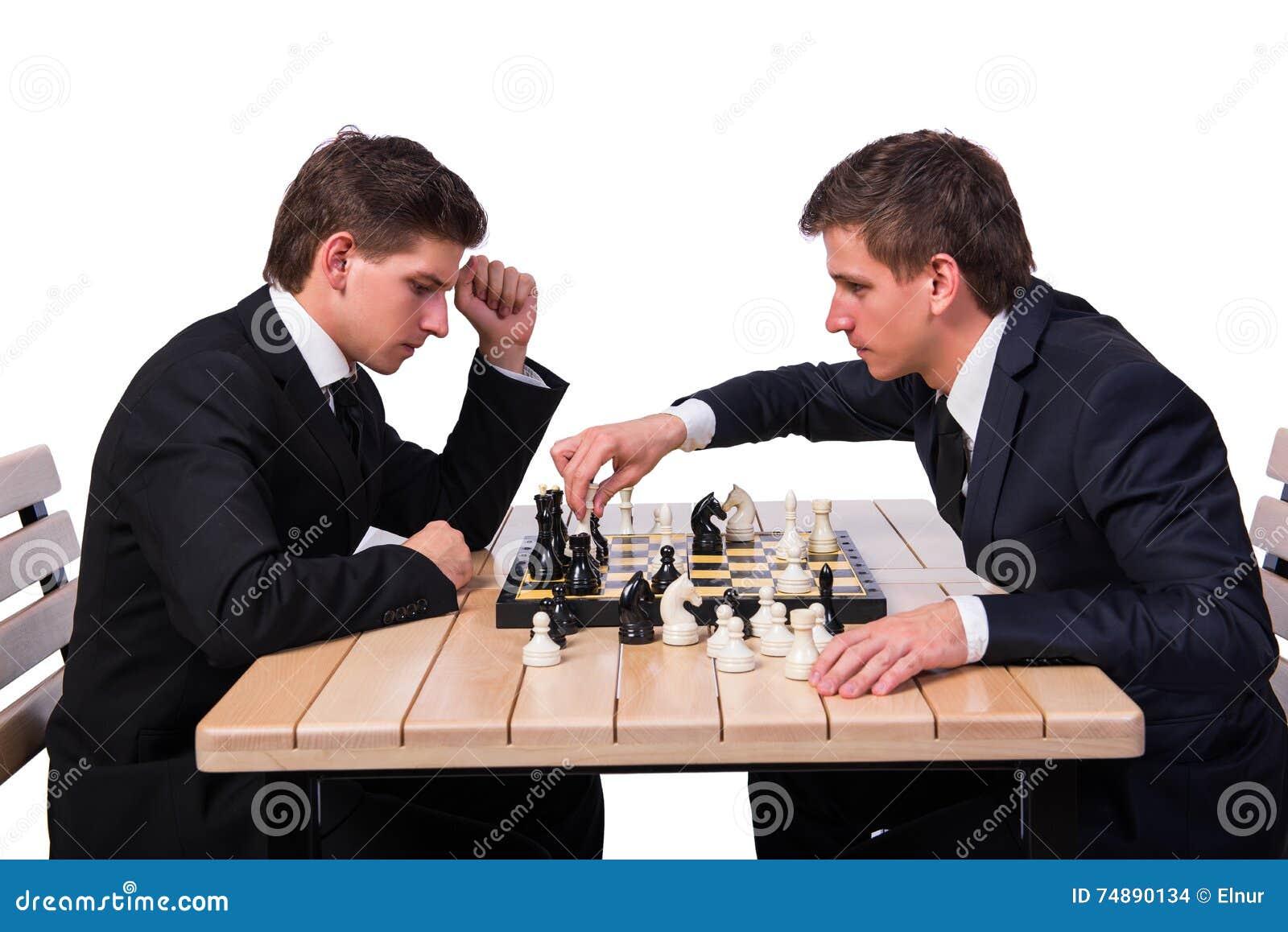 Os irmãos gêmeos que jogam a xadrez isolada no branco