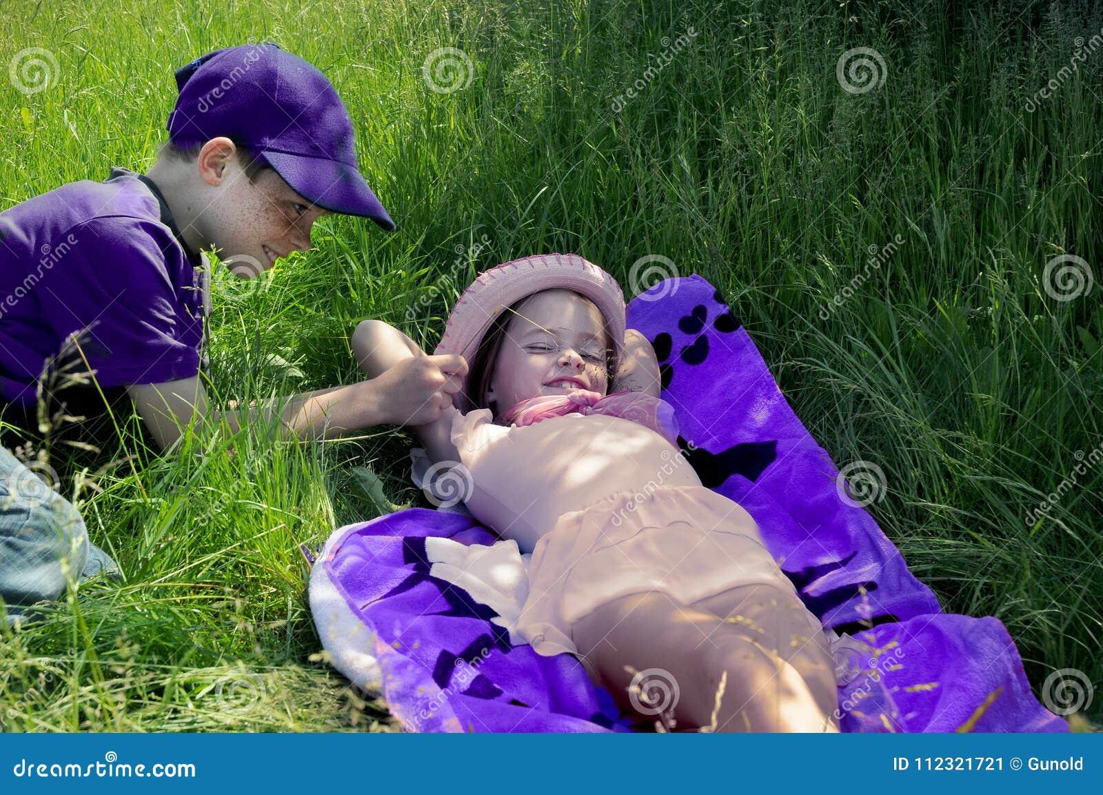 Os irmãos que apreciam o sol, o irmão amolam sua irmã mais nova